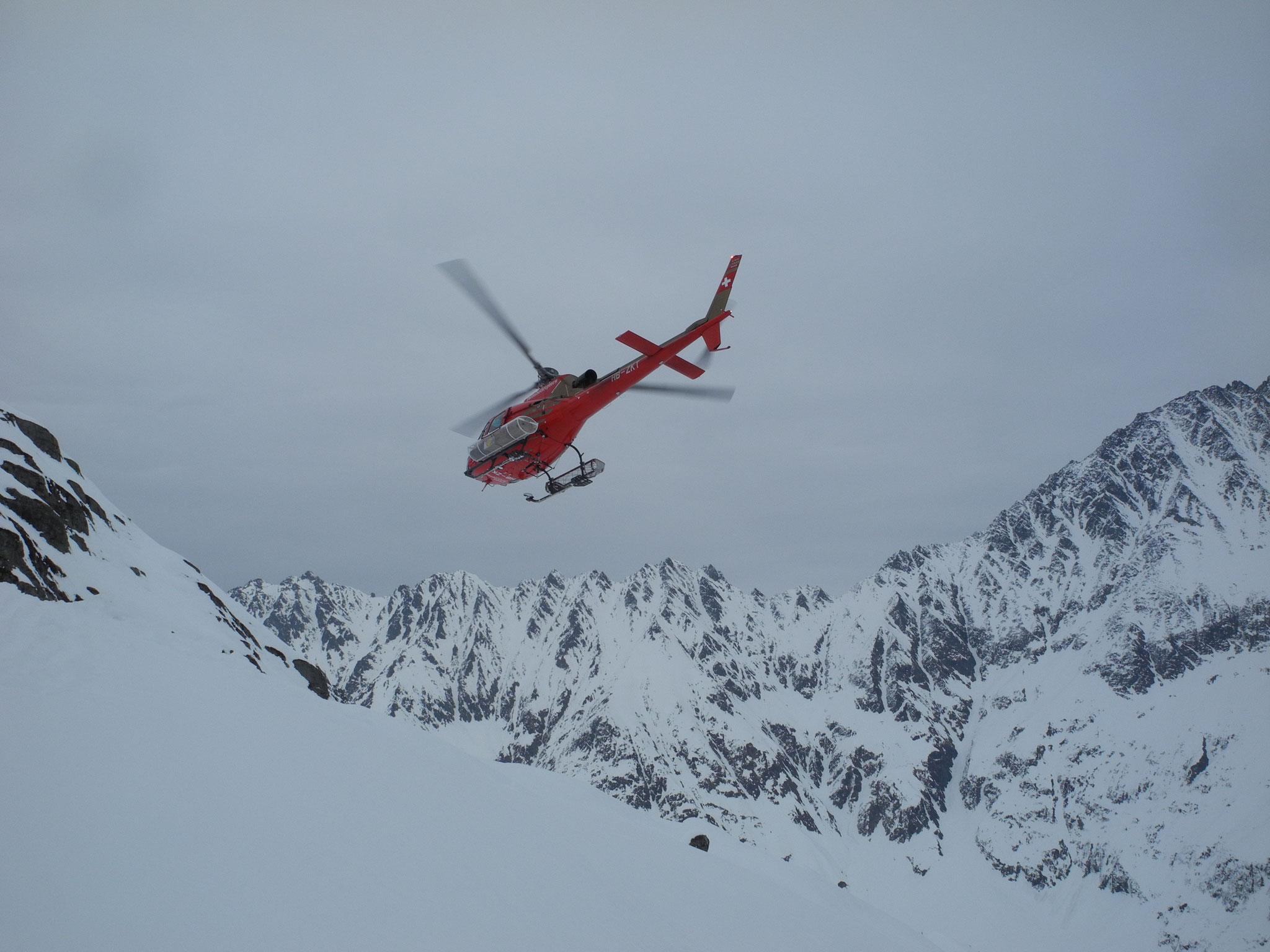 ... 10: Retter in der Not. Swiss Helicopters flog ein Monteur hoch, um die kaputte Turbine zu reparieren.