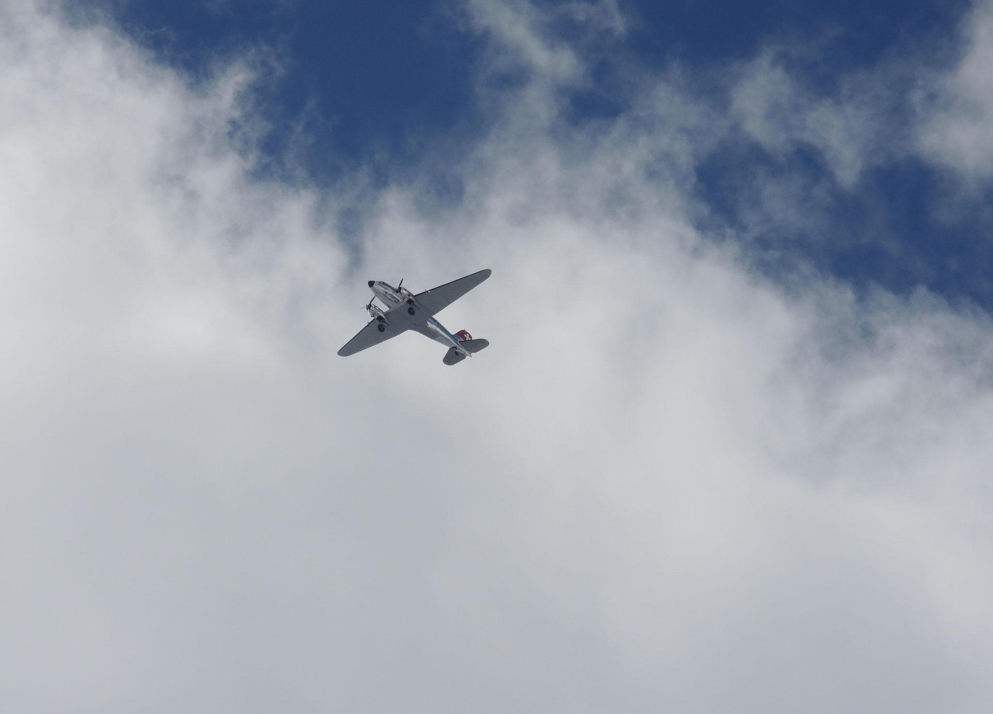 ... 19: Dakota fliegt übers Gauli am Nostalgieflugtag