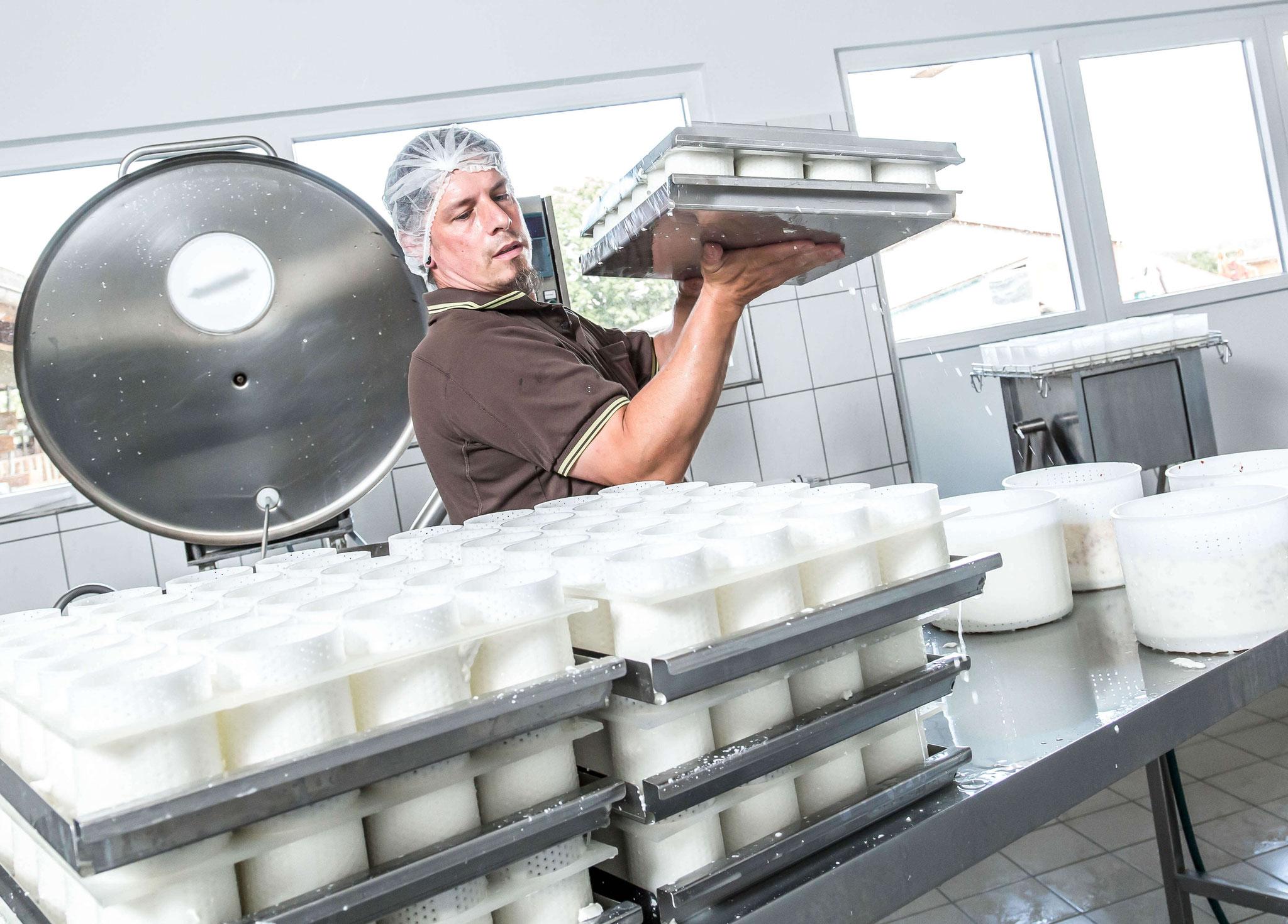 Die Käsebleche werden auf dem Abtropftisch gewendet.