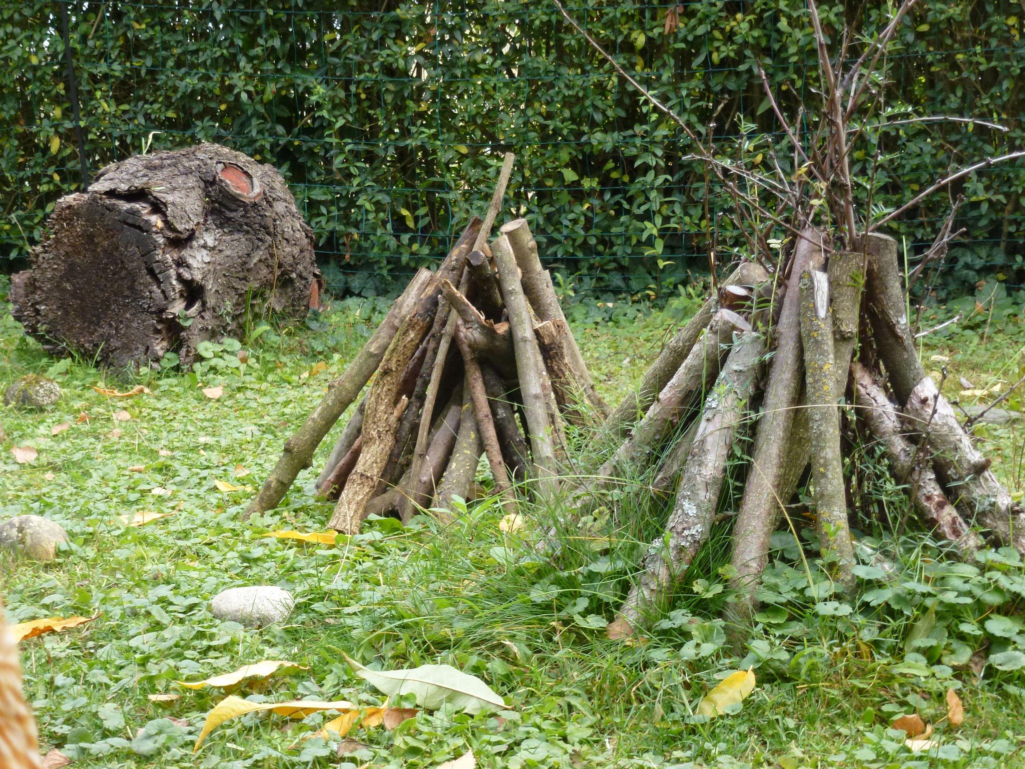 Mehrere Totholz-Tipis zusammen sehen im Garten sehr hübsch aus!