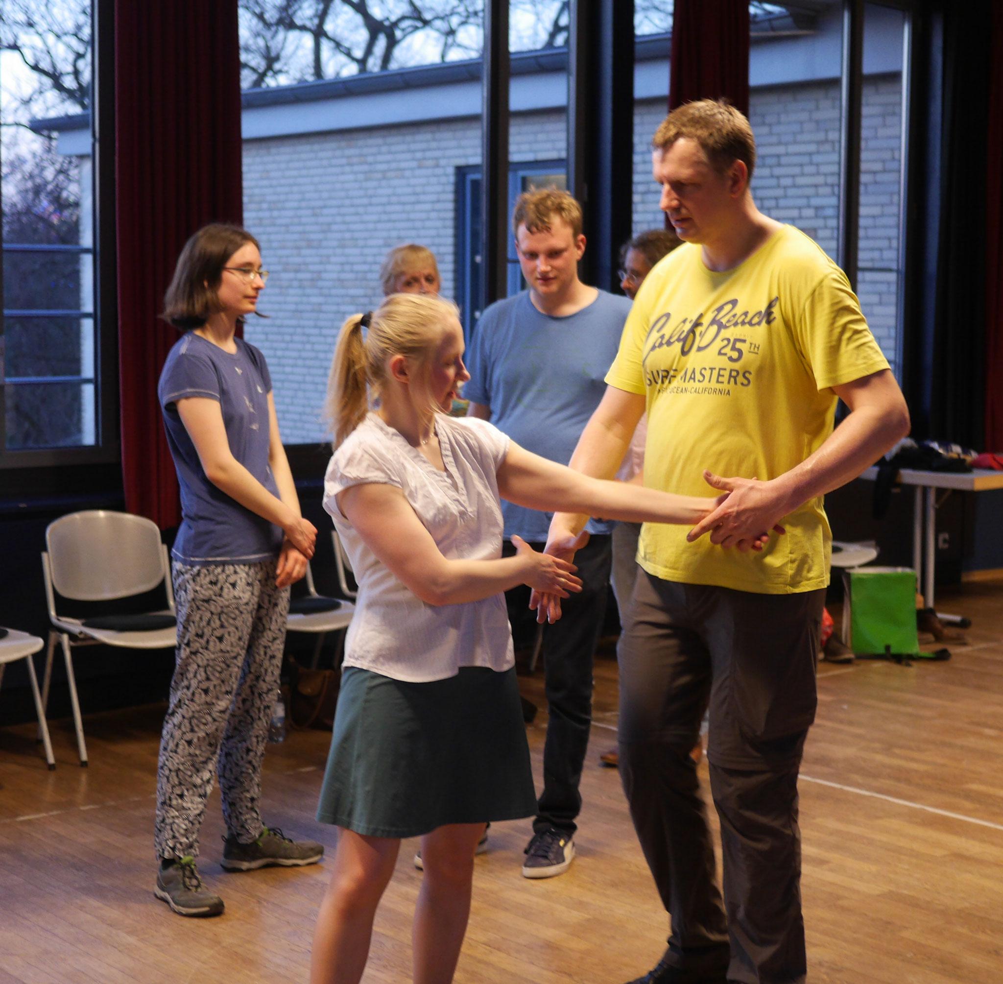 Beim Lernprozess der neuen Tänze müssen auch die Köpfe ganz schon mitarbeiten