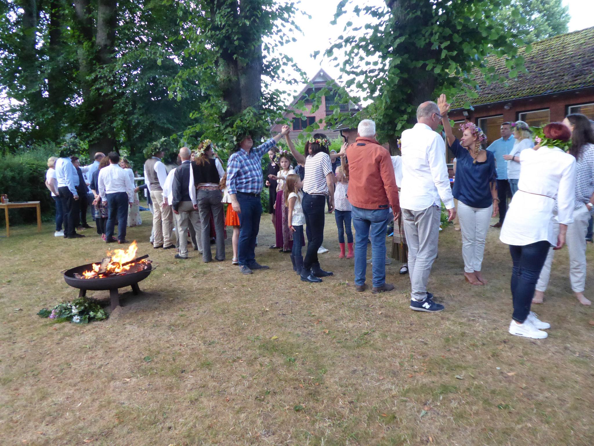 Lettische Tänze beim Einklang der Sommersonnenwende in Bargteheide