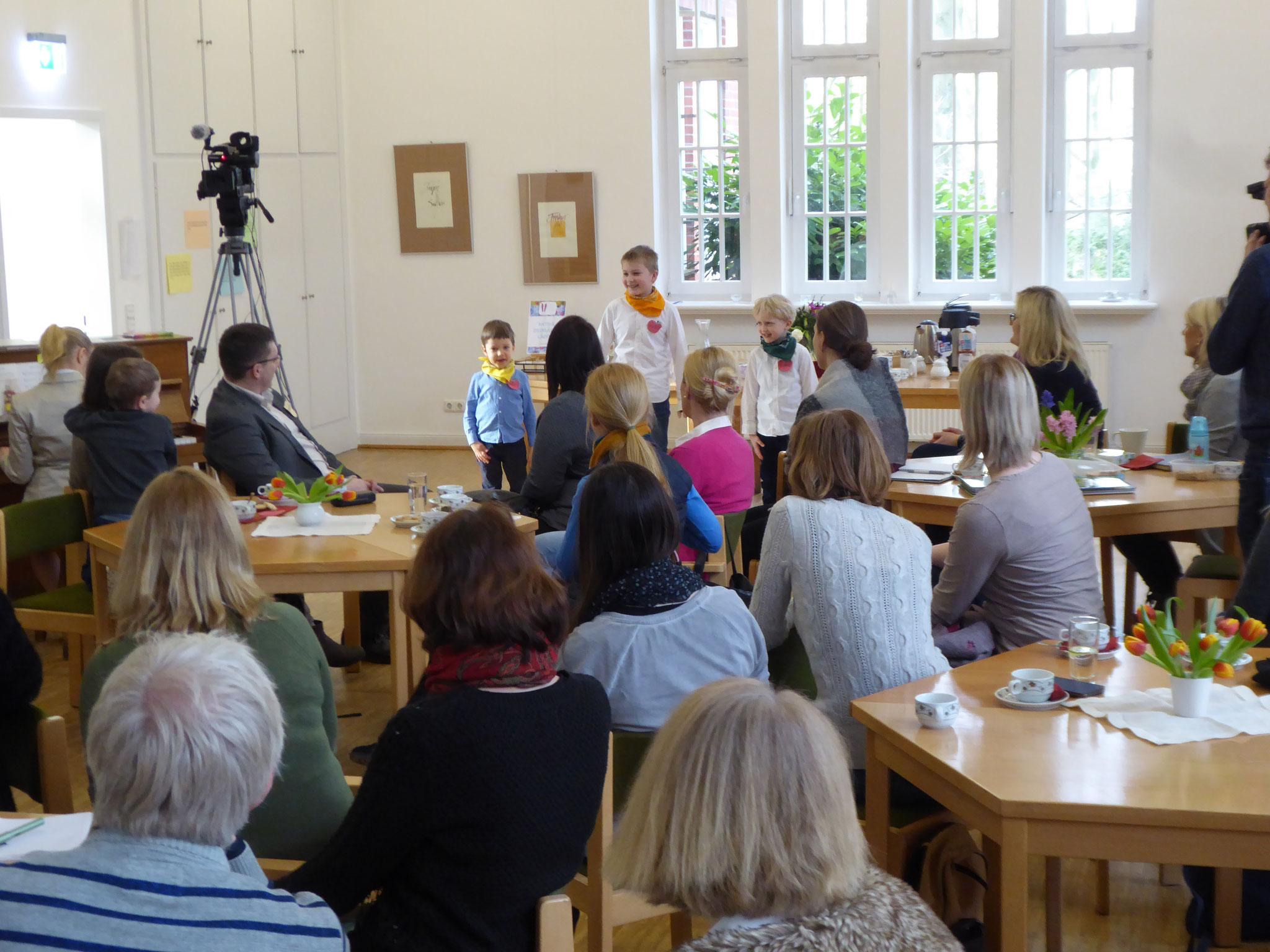 """Pirms semināra. Dzied Hamburgas bērnu ansamblis """"Austrumiņš"""""""