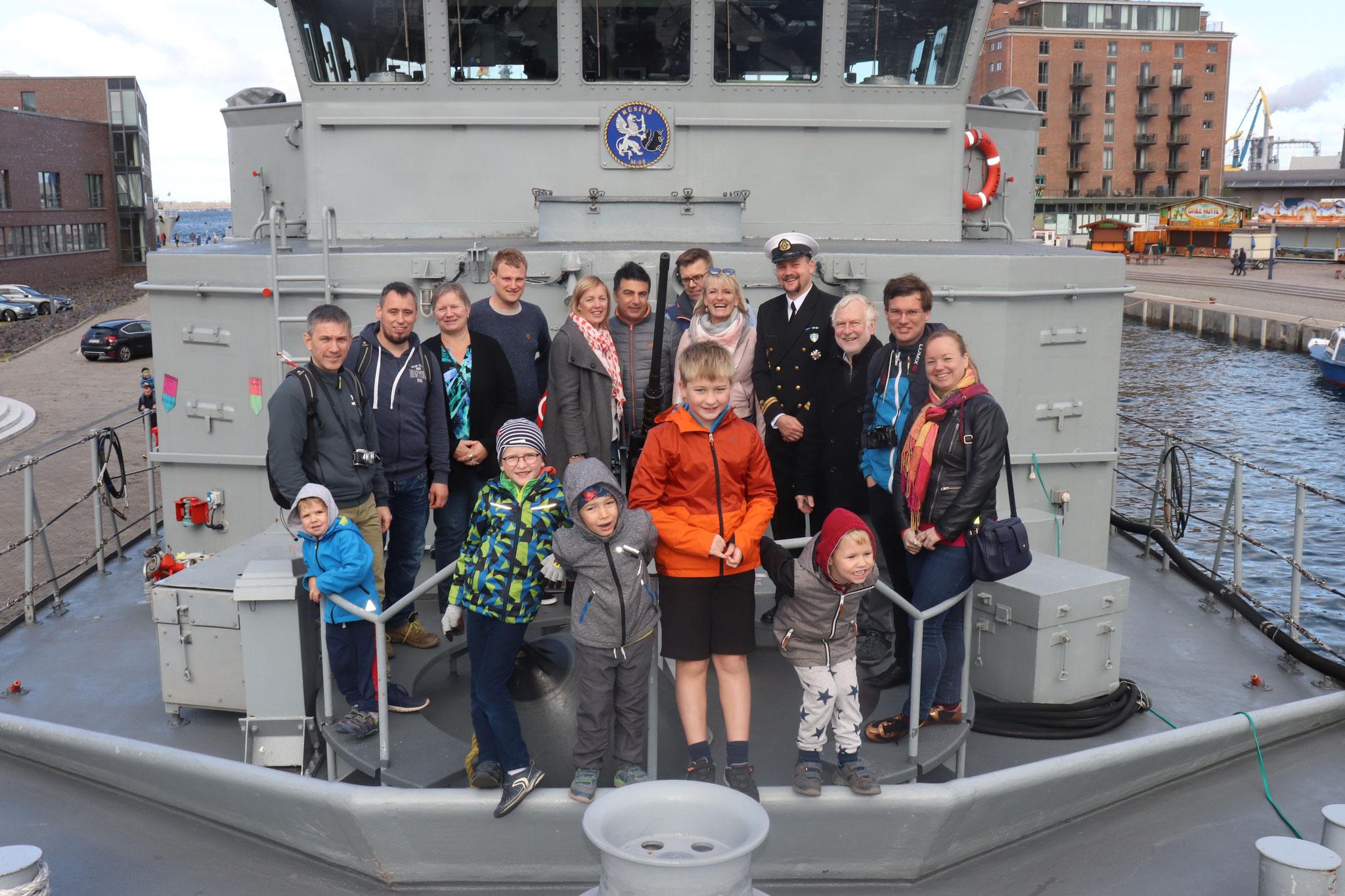 """Hamburgieši un lībekieši uz kara kuģa M-08 """"Rūsiņš"""" ar komandiera palīgu kapteiņleitnantu Jāni Pētersonu"""