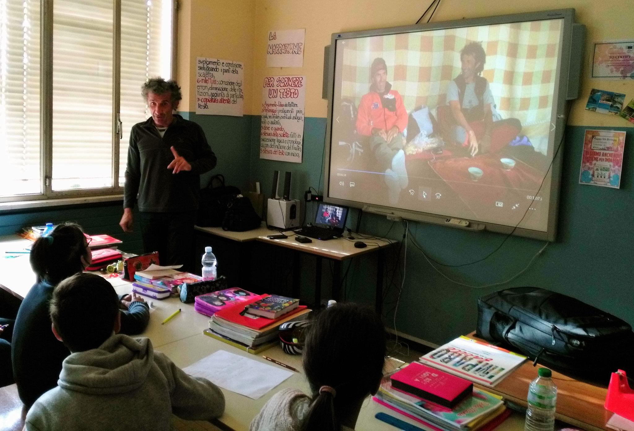 Salvatore racconta ai bambini come lui e Giorgio, l'altro volontario, hanno conosciuto il Nepal