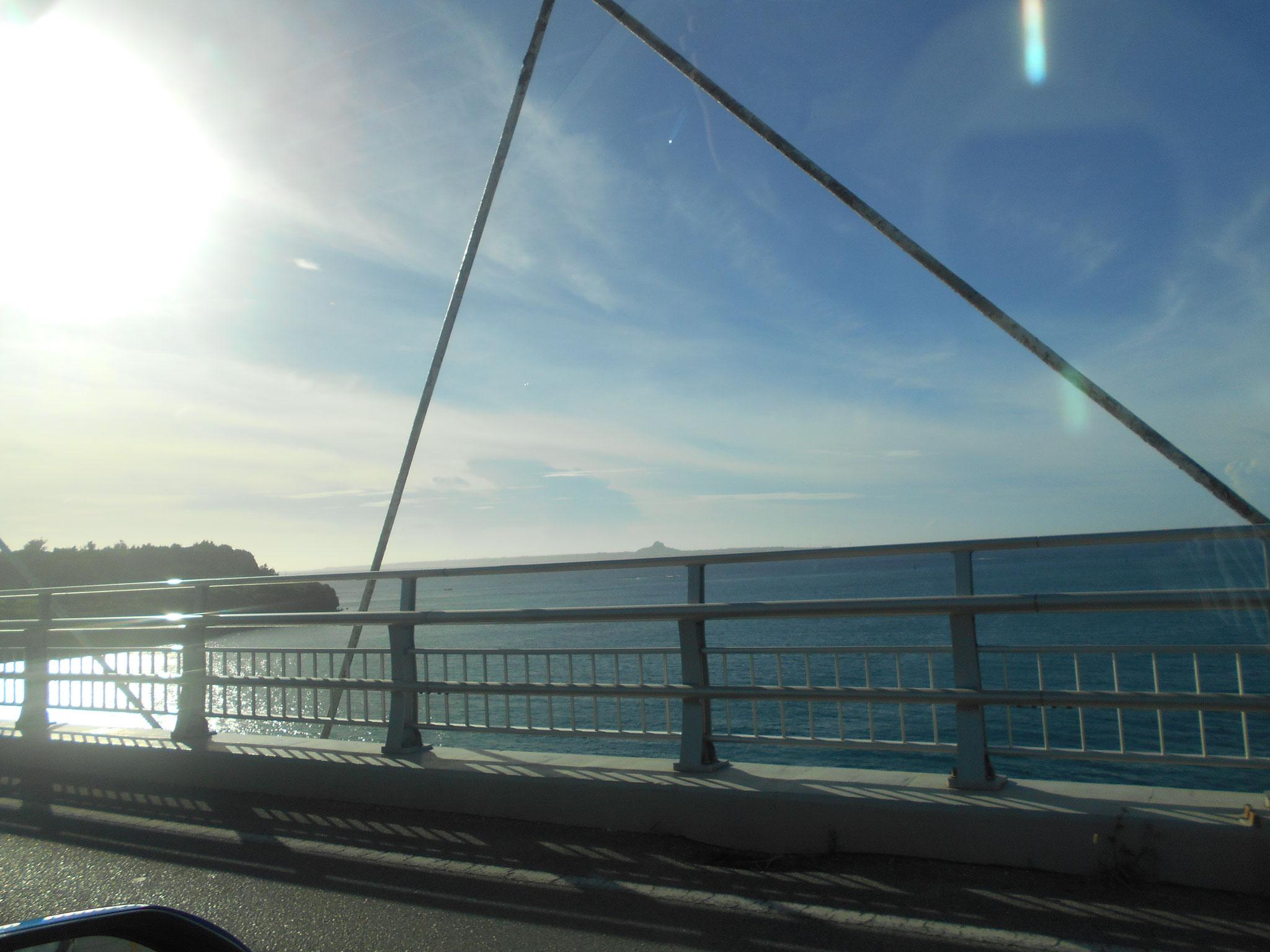 瀬底ビーチと伊江島が見えます