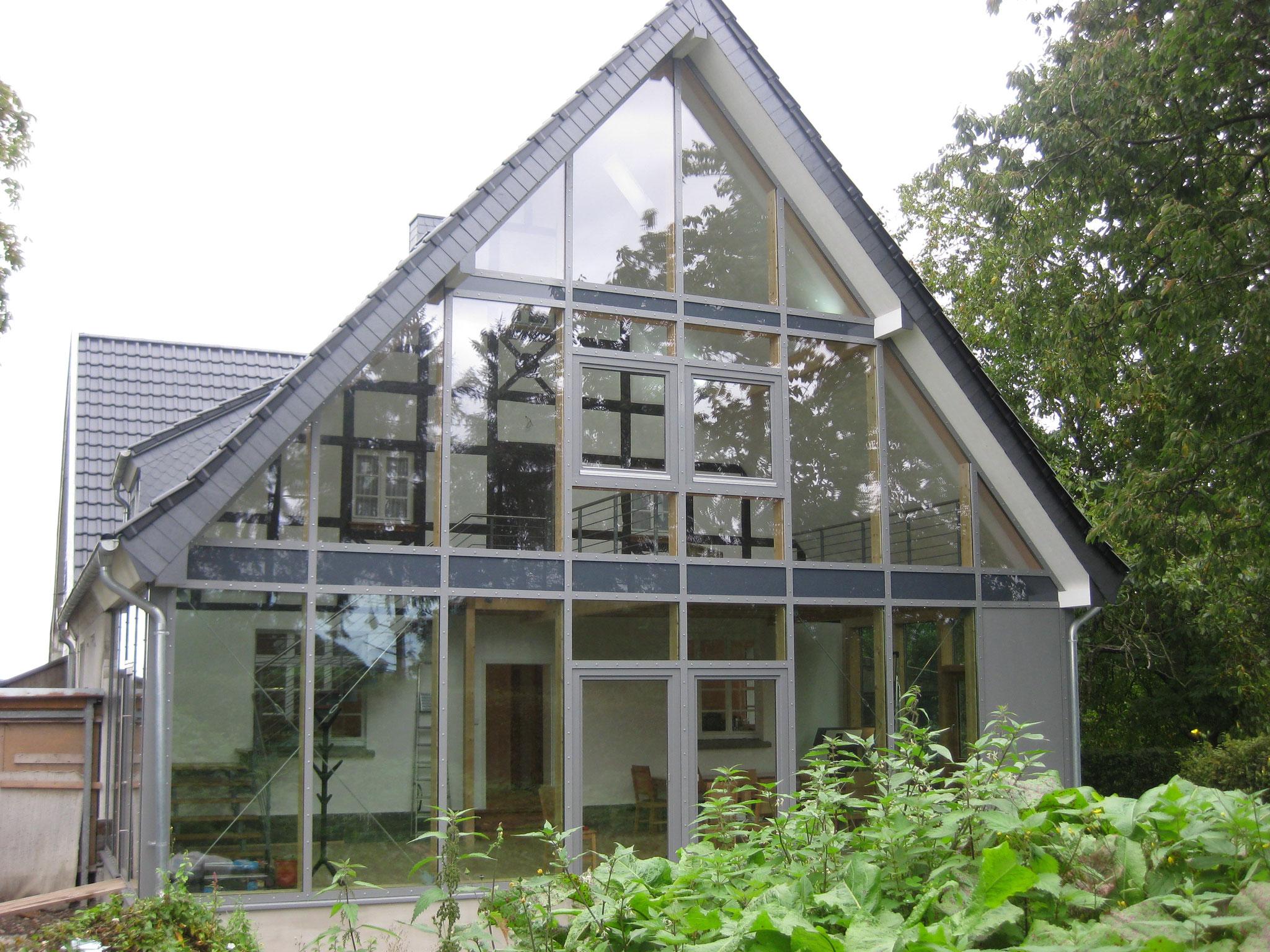Versammlungshalle mit Glasfront