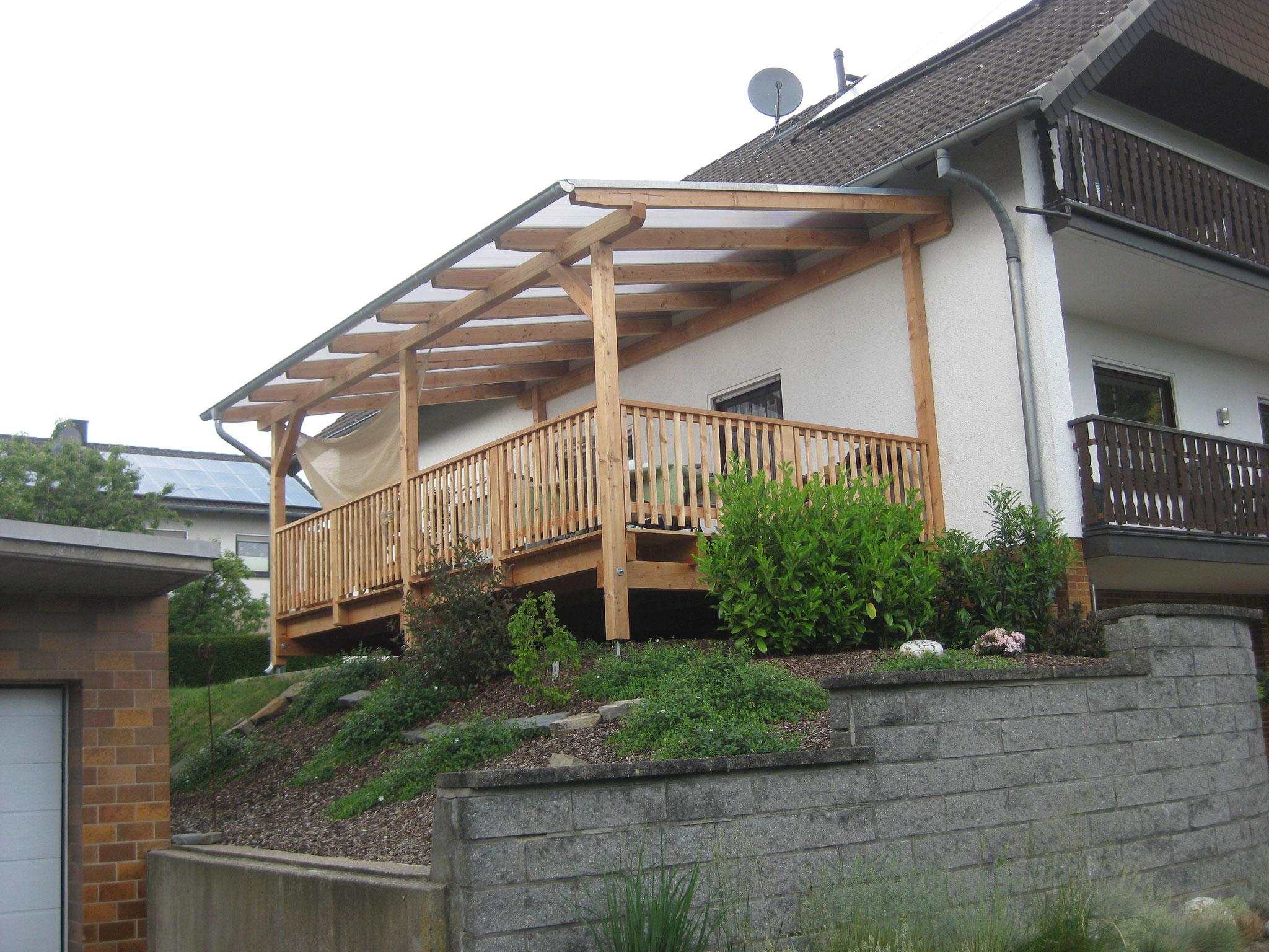 Holzterasse mit Überdachung