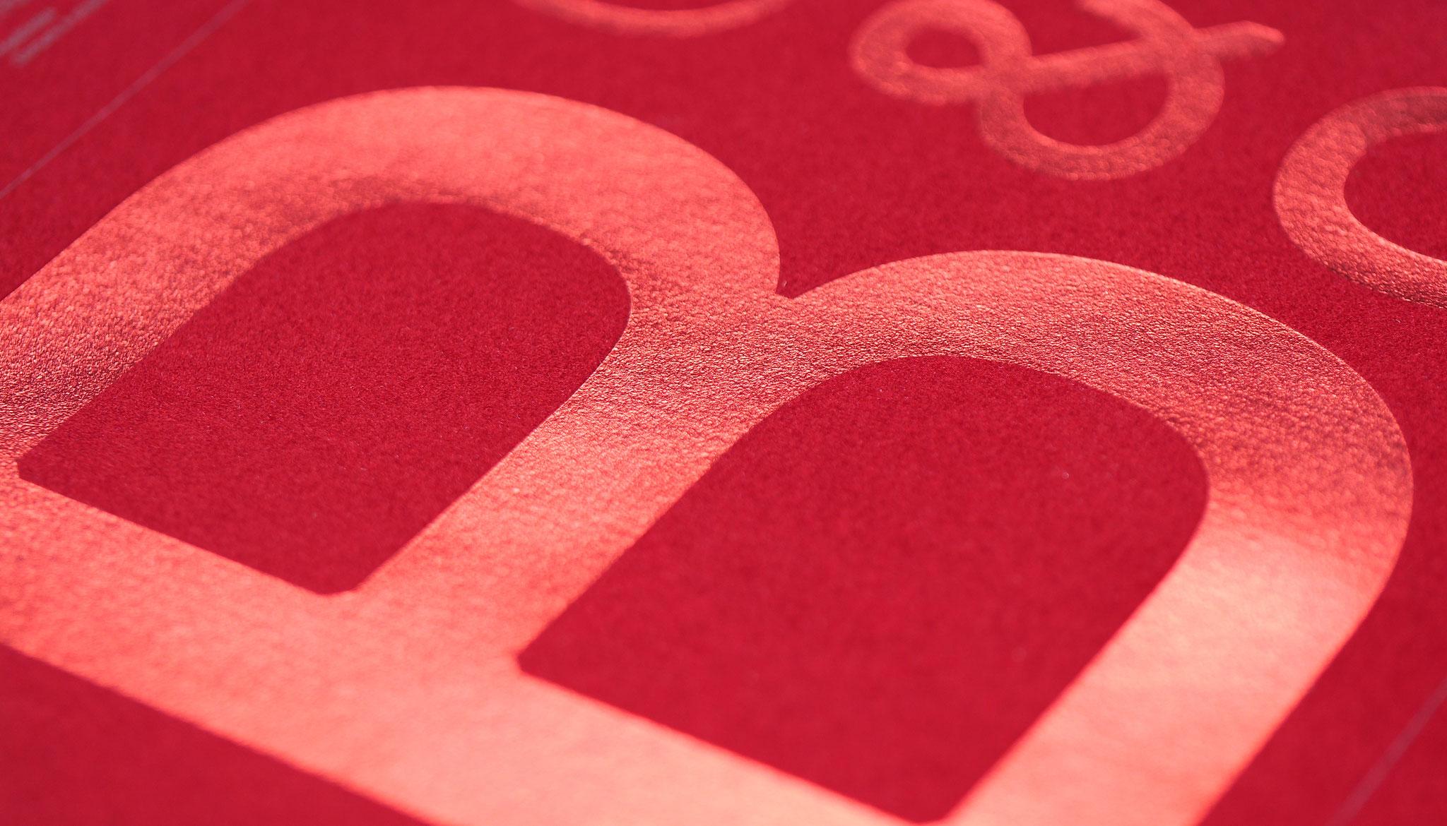 Textile Oberflächen und Heißfolien wirken besonders glamourös