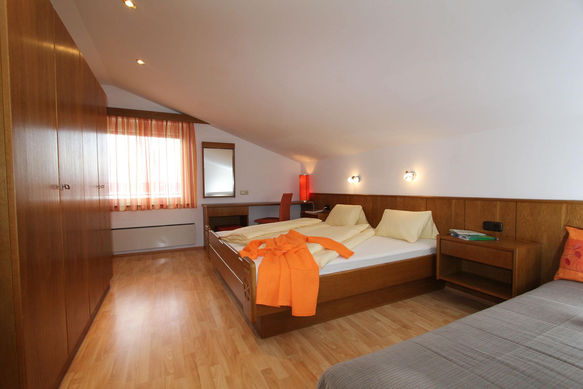 Schlafzimmer mit extra Schlafcouch in der 1. Ferienwohnung