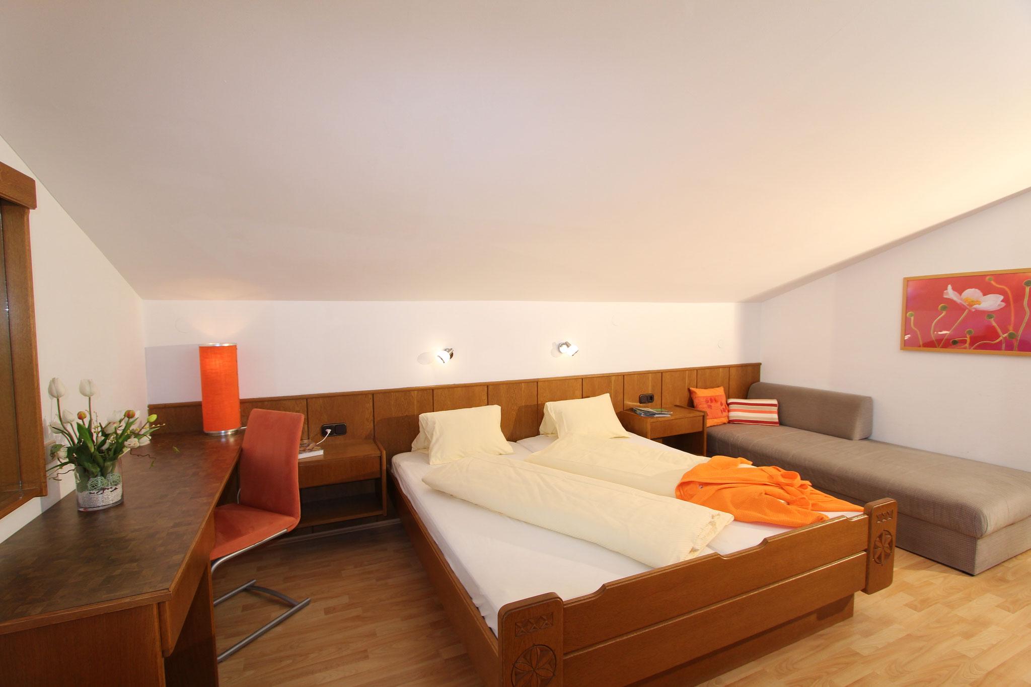 Schlafzimmer mit Sofa. Ferienwohnung 1