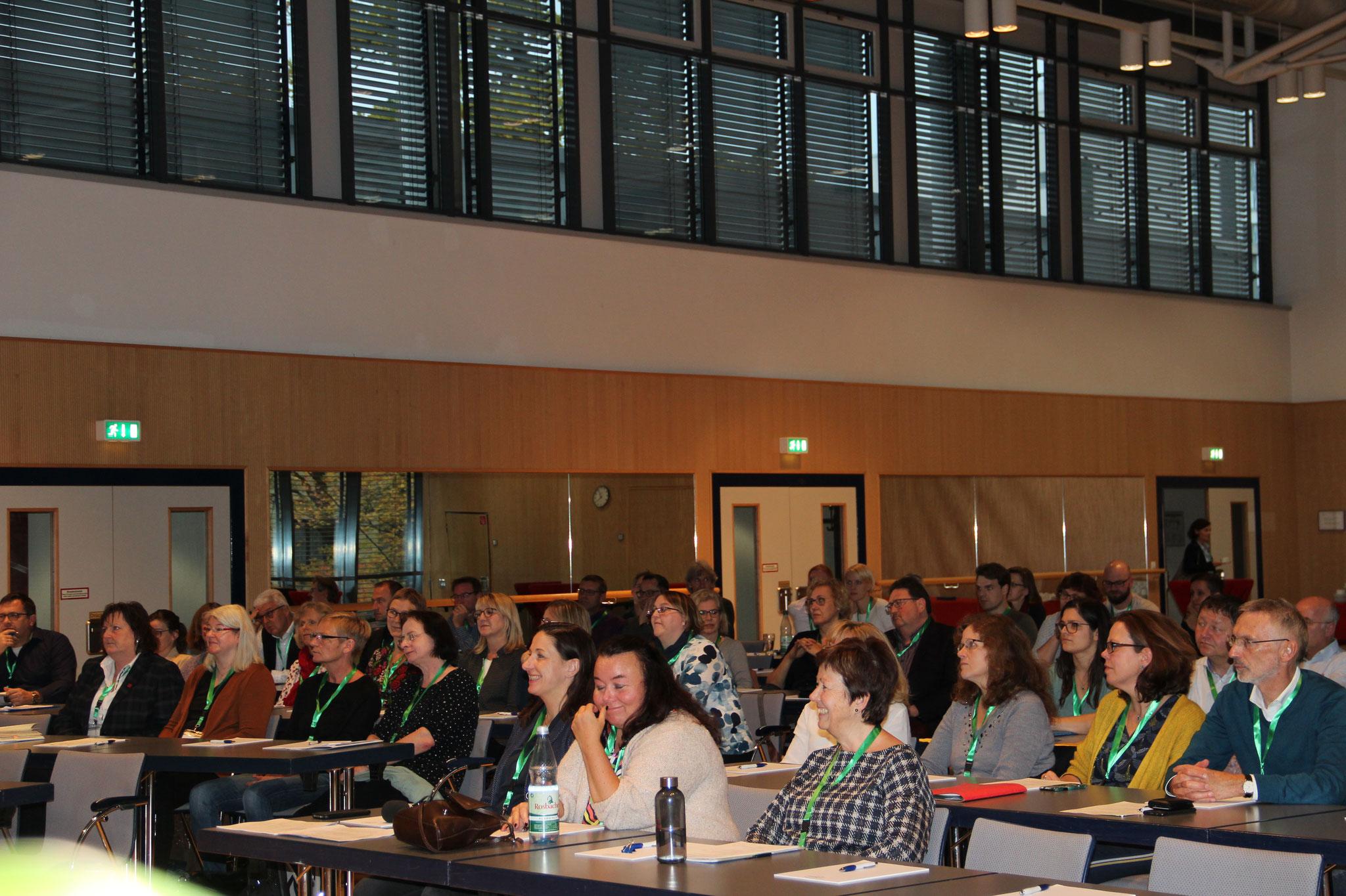 Begrüßt wurden die Teilnehmer*innen aus Deutschland, Luxemburg und der Schweiz durch den AKIR-Vorsitzenden Ralph Harnacke