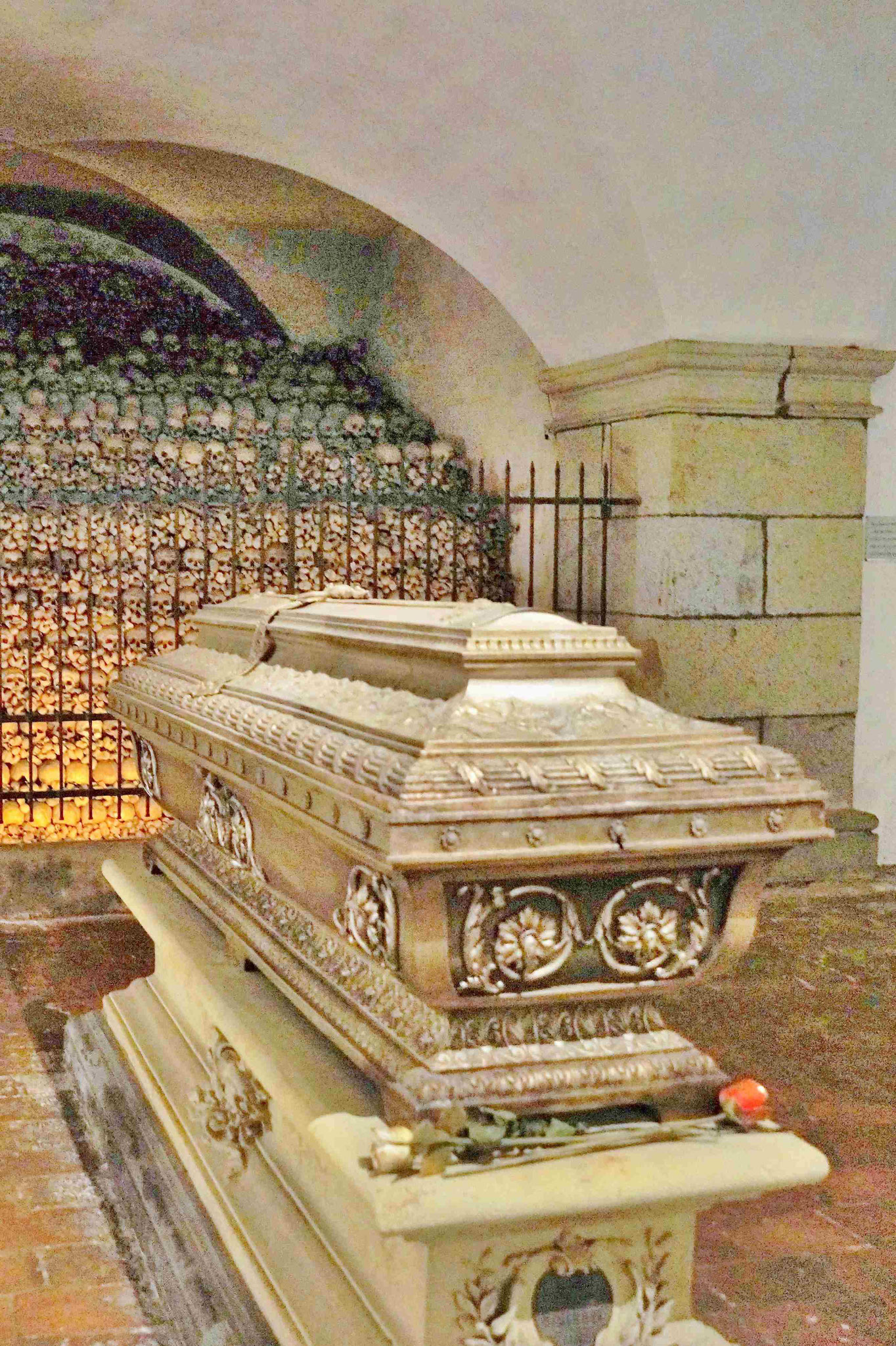 Letzte Ruhestätte Bruckners in der Krypta unter der Orgel