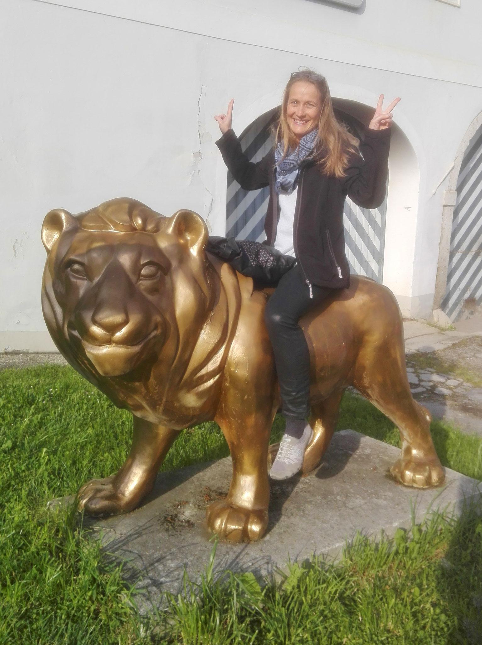 Die Dame hier lernte beizeiten, auch einen Löwen mal zu reiten
