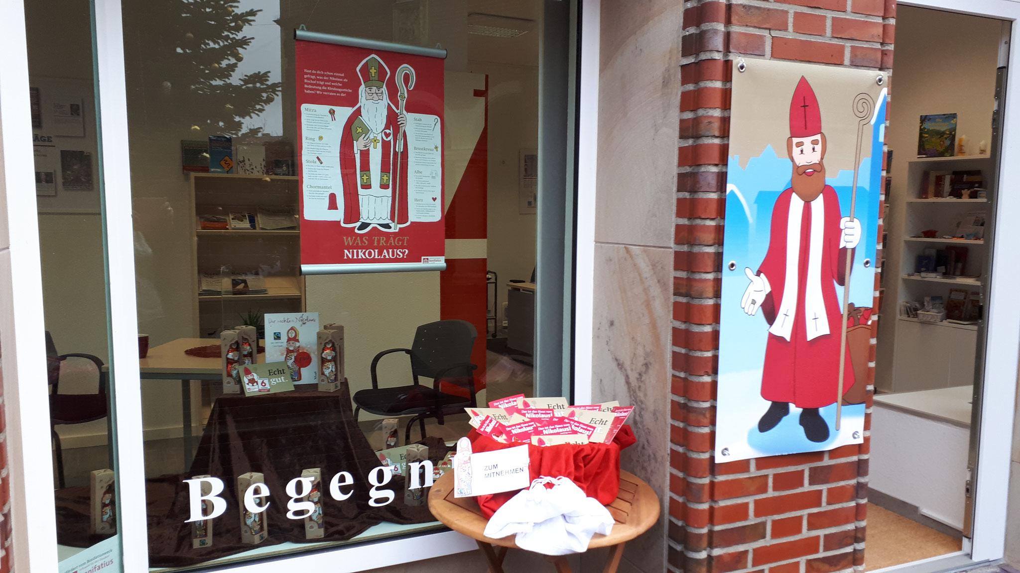 """Vor dem KIM-Laden können Passanten Postkarten mit einem Schoko-Nikolaus und der Heiligenlegende mitnehmen. Im Laden kann der große """"echte"""" Schokoladennikolaus gekauft werden. © Sabine Kuper"""