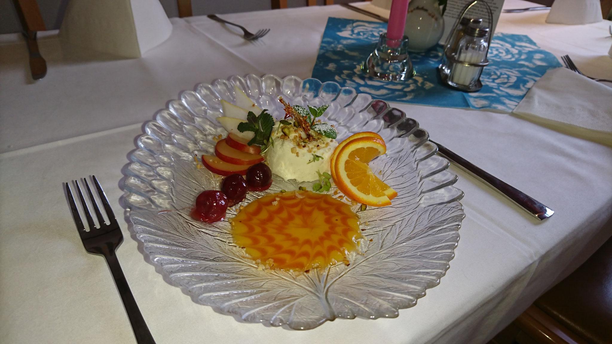 Panna Cotta an einem Mango- Chili- Saucenspiegel und Karamelornamenten