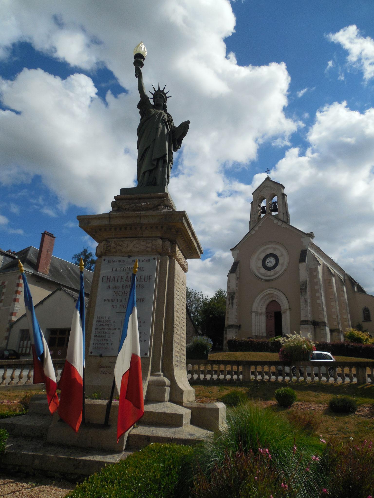 Châteauneuf-la-Forêt, son Monument aux Morts et son église contemporaine (chef-lieu de la Communauté de Communes Briance-Combade).