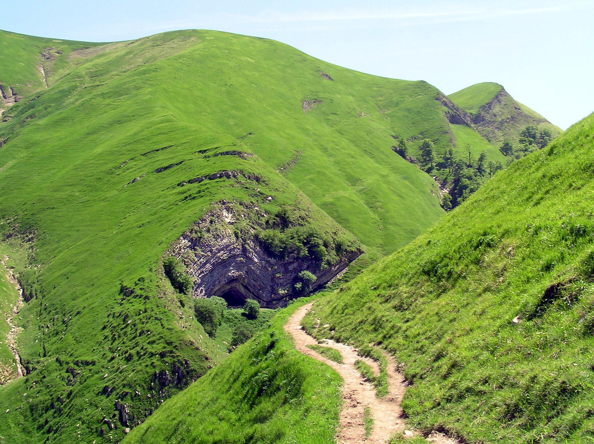 Panorama d'Estérençuby et grotte d'Harpea - Pyrénées-Atlantiques (cliché R. Fabre) – site classé *