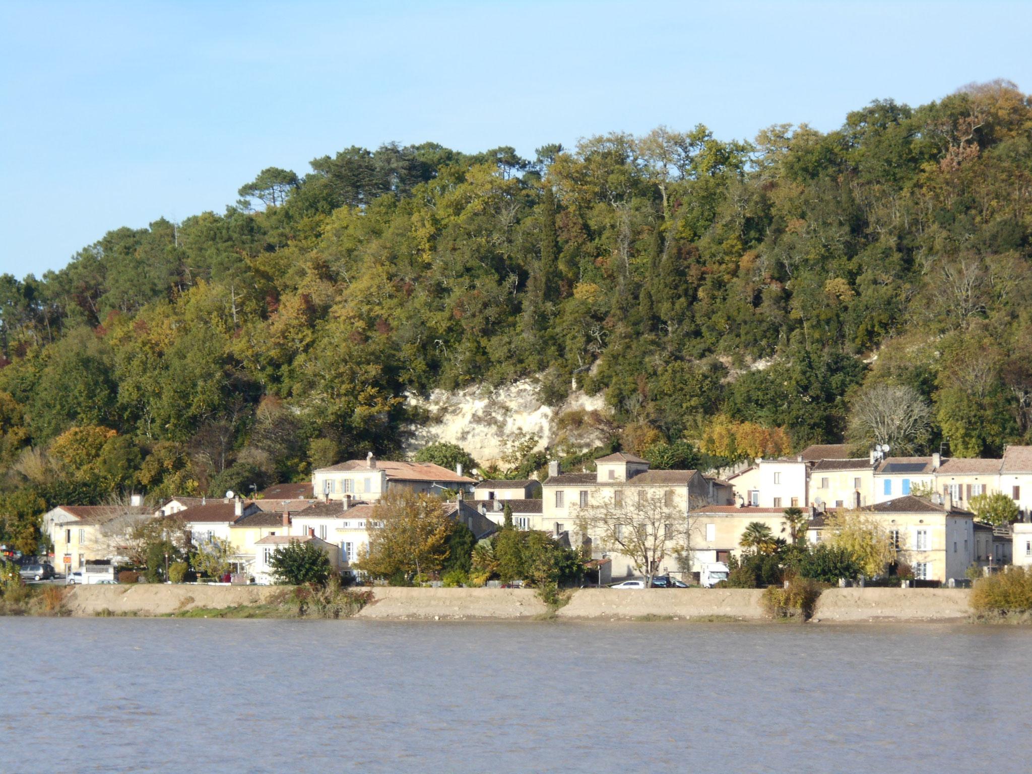 Lecture de paysage : le village de Cambes en rive droite de la Garonne. Les élèves datent les éléments du paysage.