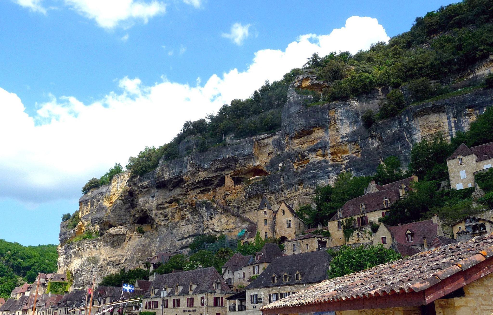 Escarpements du bourg de La Roque-Gageac, Formation des Eyzies (Coniacien moyen-supérieur) – Dordogne (Cliché J.-P. Platel) – Site classé ***