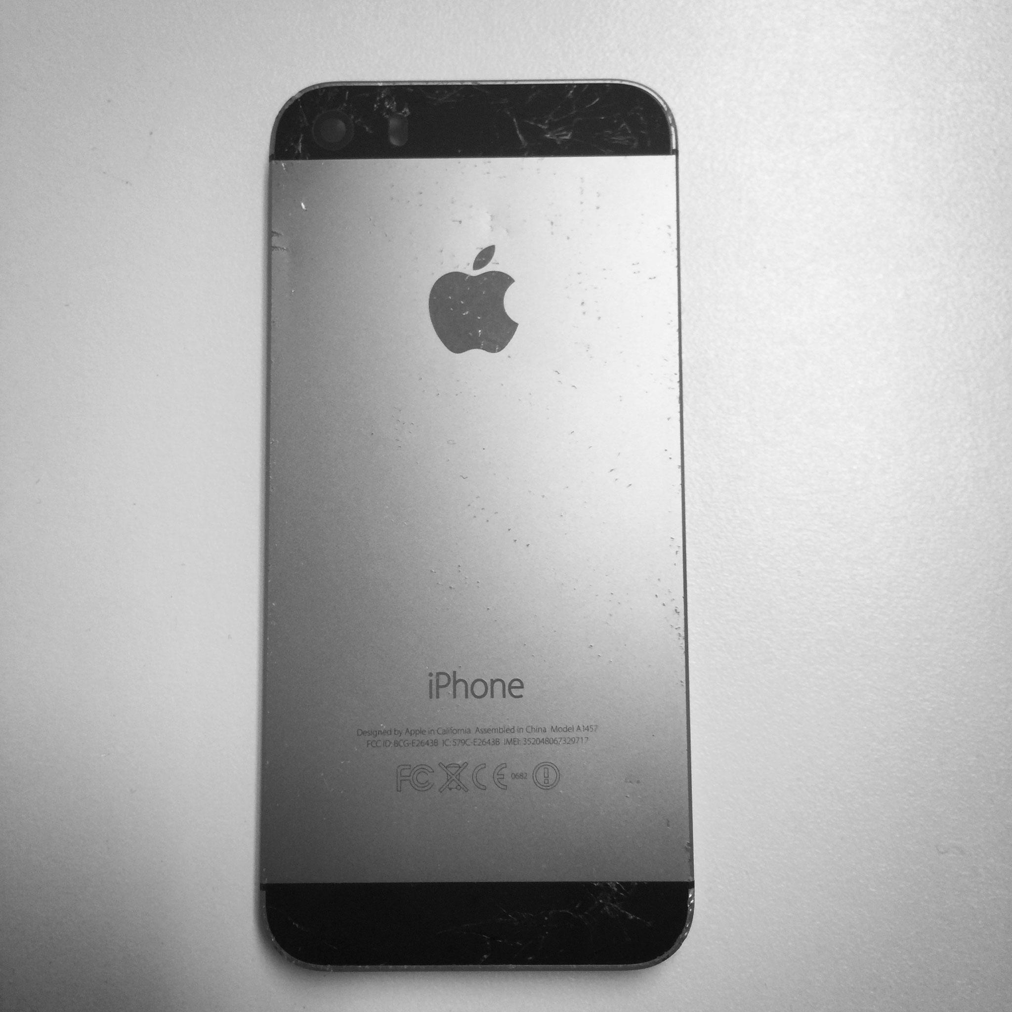 iPhone 5S Backcover schwarz zerbeult und zerkratzt