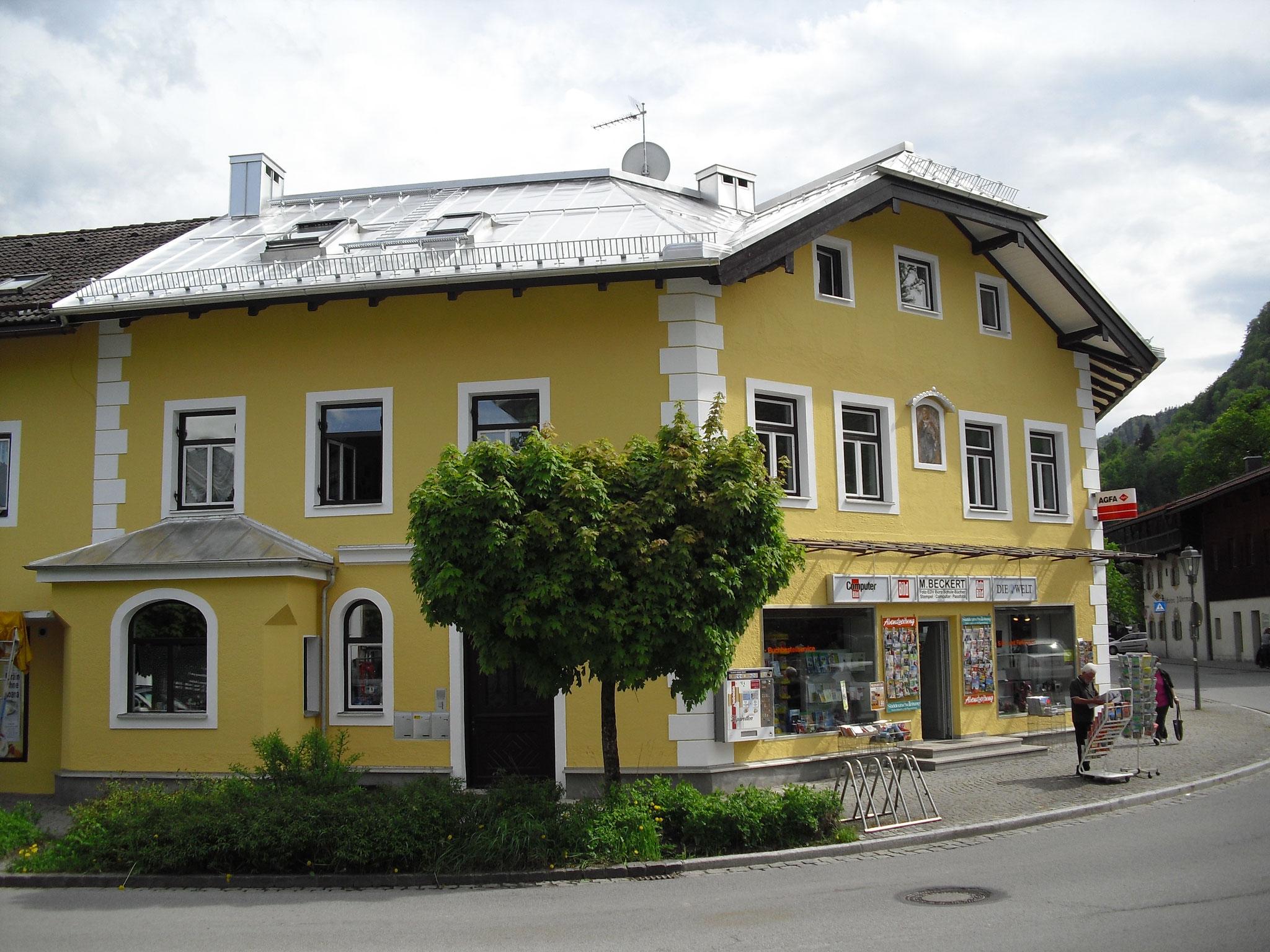 Metalleindeckung eines Geschäftshauses mit anspruchsvoller Dachgeometrie