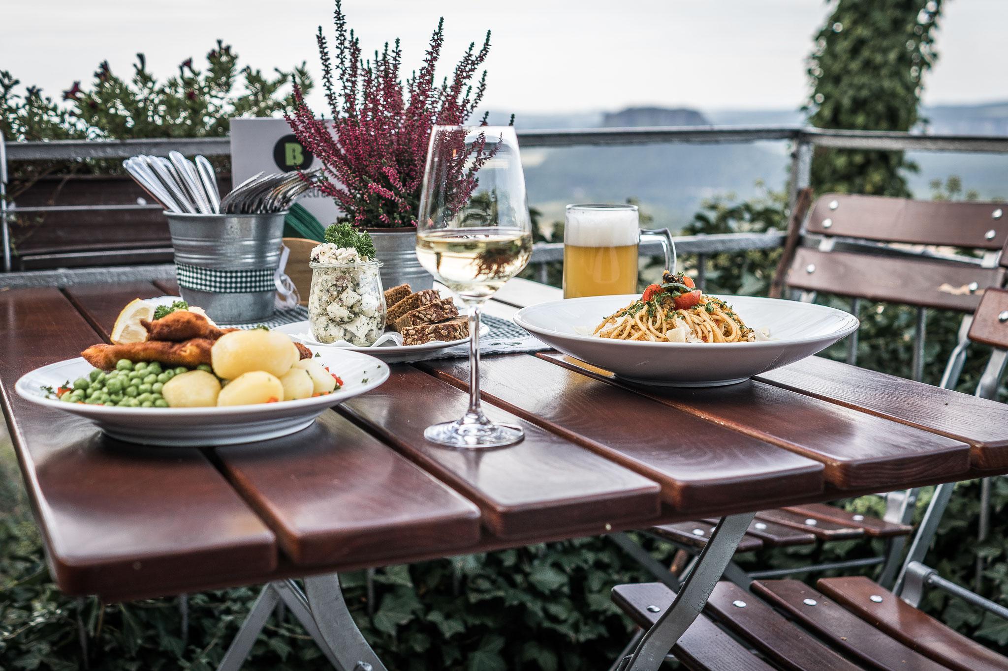 Genießen Sie einen fantastischen Ausblick in die Sächsische Schweiz bei feinem Essen