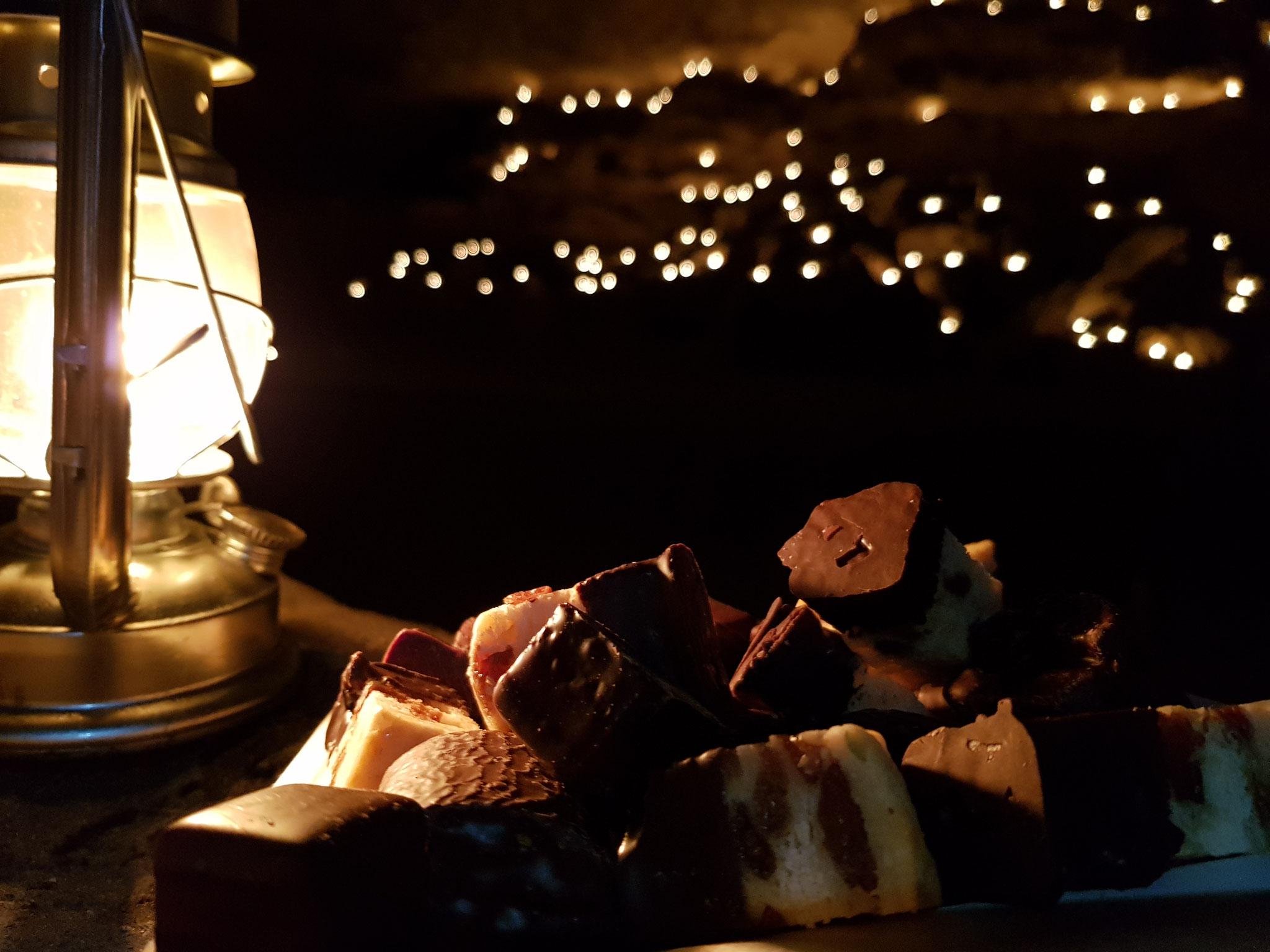 Glühweinemfang in der Lichterhöhle bei 200 Teelichtern und weihnachtlichem Gebäck