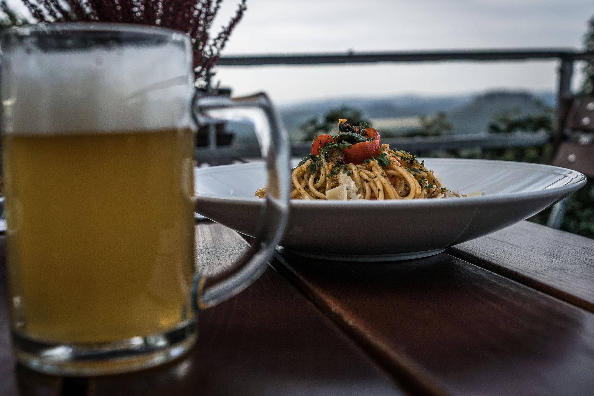unsere legendären Knoblauchspaghetti mit Tomaten, Oliven und Hartkäsehobel