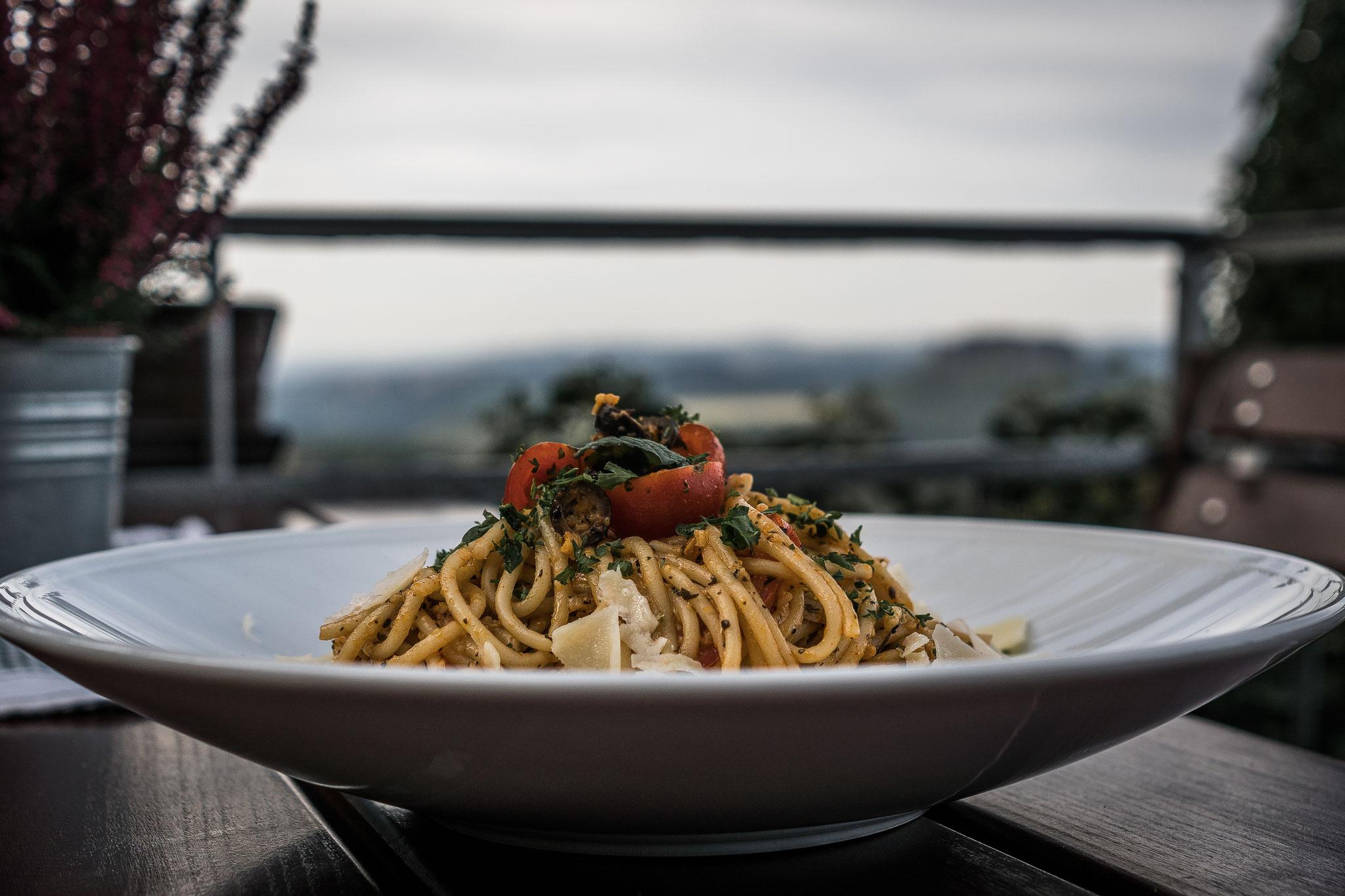 Knoblauchspaghetti mit Tomaten, Oliven und Hartkäsehobel