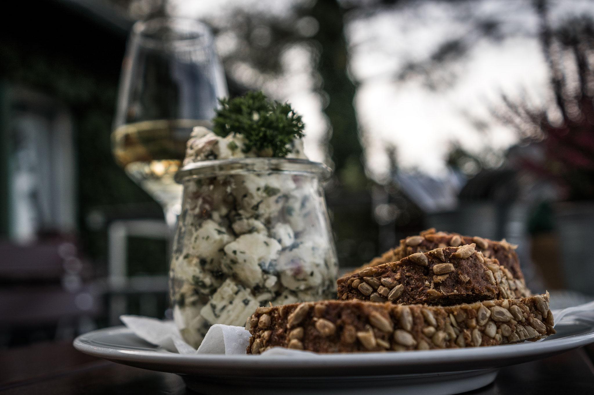 eingelegter Hirtenkäse in Knoblauch und Kräuter mit frischem Brot