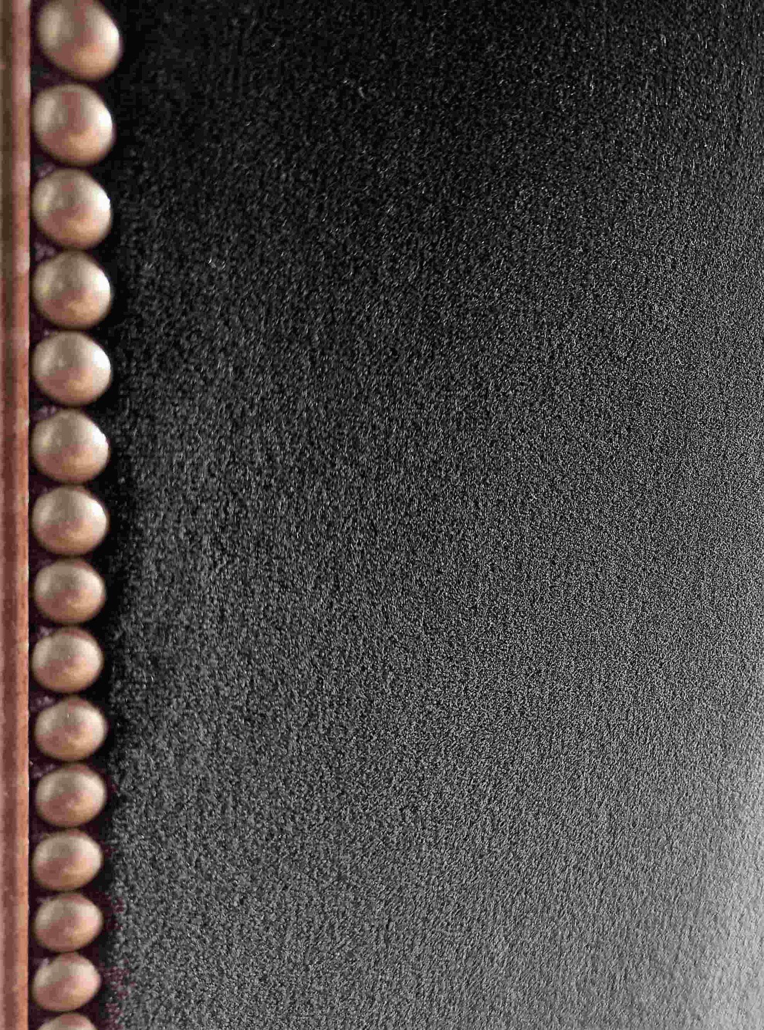 Velouté du velours noir clouté © Atelier Marlène Vidal
