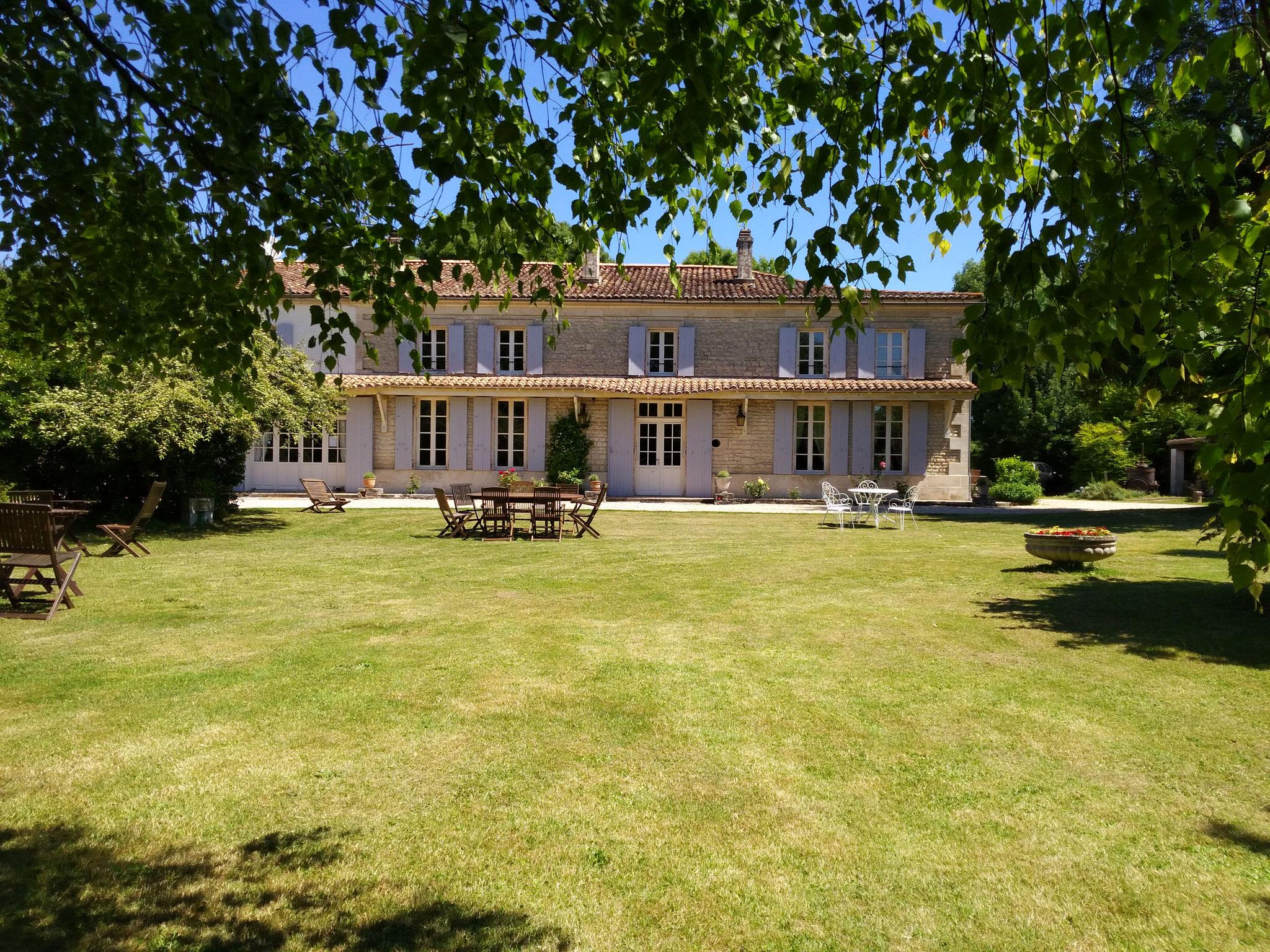 La maison et le parc Le Logis de Vallans chambres d h´tes dans