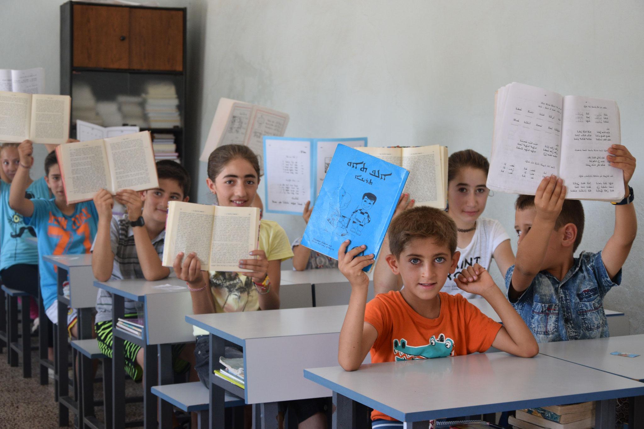 In manchen Dörfern gibt es aber auch noch viele christliche Familien und Kinder. (Hier: Sonntags- bzw. Ferienschule im Dorf Bsorino.)
