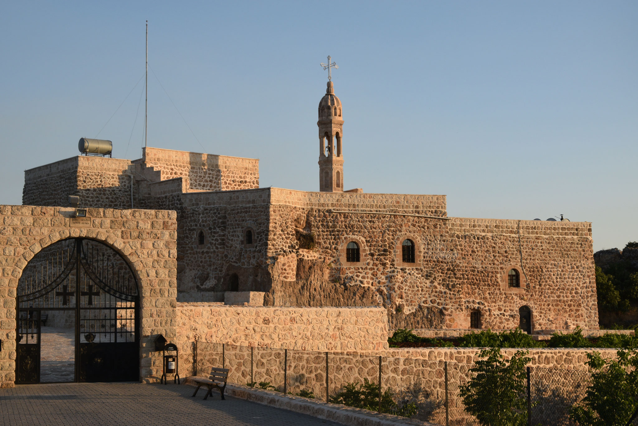 Das Kloster Mor Yakub (Karno) geht auf das 6. Jahrhundert zurück. Es liegt auf einer Anhöhe des Izlo-Gebirges und wurde vor wenigen Jahren renoviert.