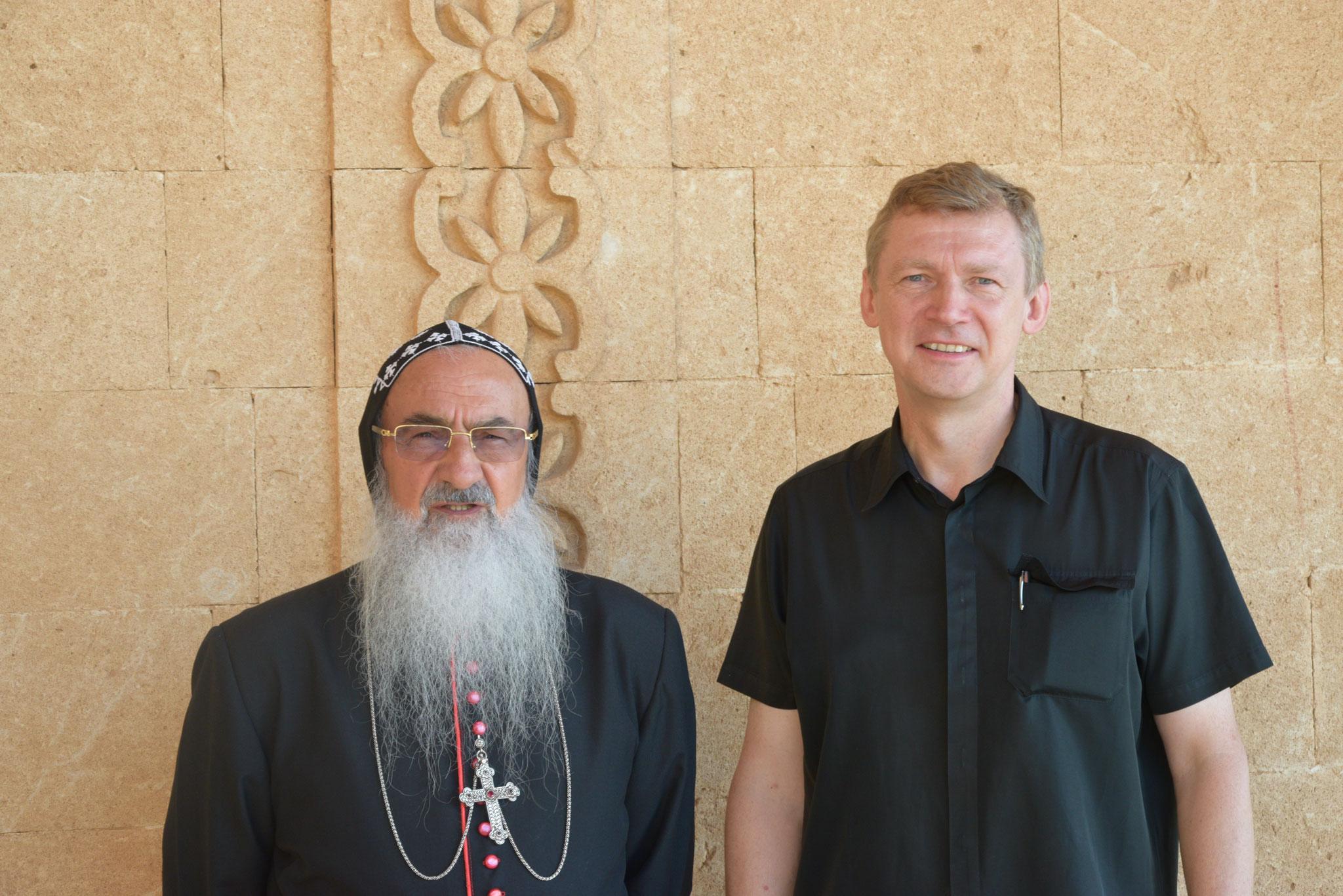 Abtbischof Timotheos (links) leitet das Kloster Mor Gabriel und die syrisch-orthodoxe Kirche im Tur Abdin. ICO-Obmann Slawomir Dadas (rechts) hat ihn im Sommer 2019 besucht.