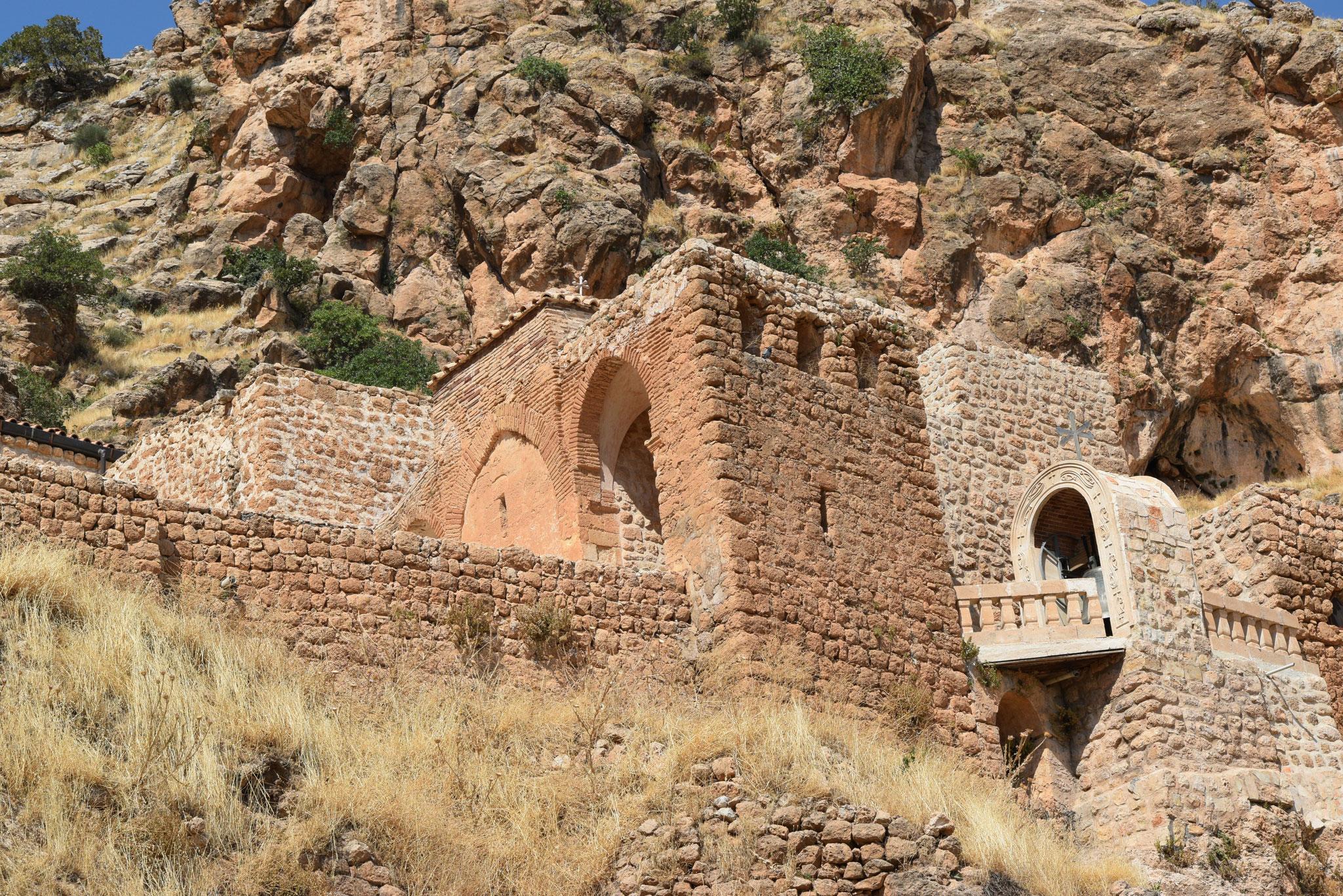 Eines der wichtigsten Klöster im Tur Abdin ist Mor Augin an den steilen Abhängen des Izlo-Gebirges. Zwei Mönche leben das ganze Jahr hier.