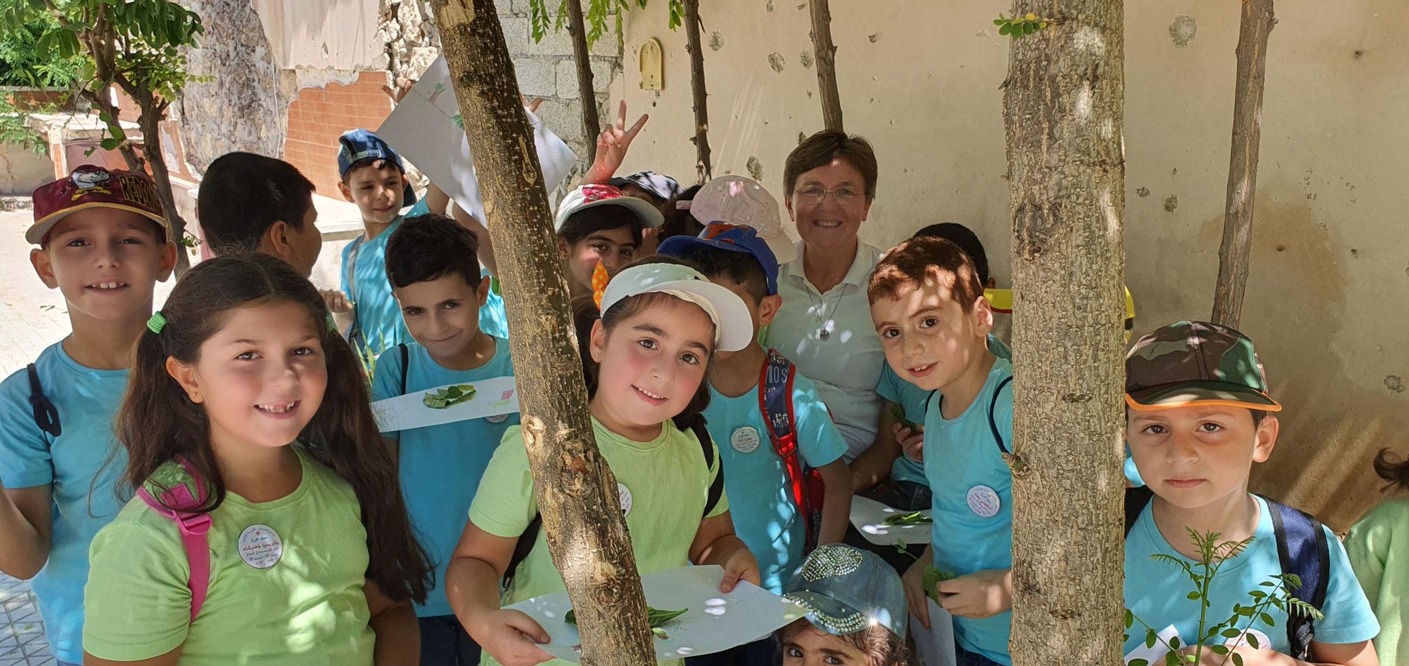 ICO-Projektpartner Sr. Brygida mit Kindern in Aleppo