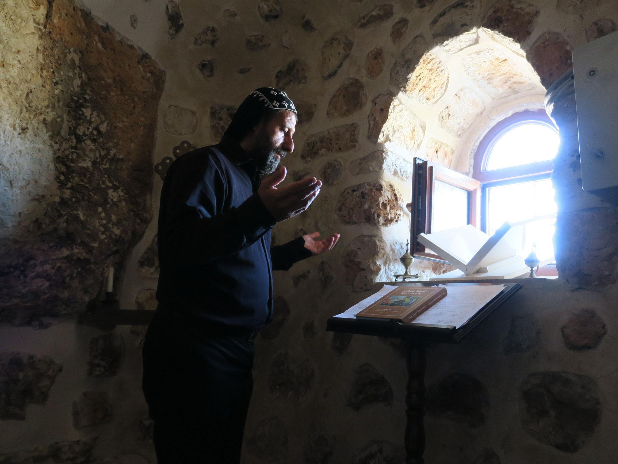Abt Aho ist der einzige Mönch des Klosters Mor Yakub (Karno). Er wurde vor einigen Monaten für einige Tage festgenommen, weil er einem Mitglied der Terrorgruppe PKK geholfen haben soll. Der Mönch weist das zurück. Ein Gerichtsverfahren ist anhängig.