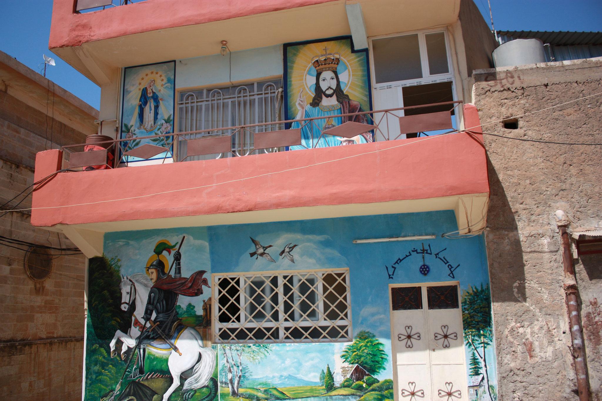 Haus mit religösen Motiven
