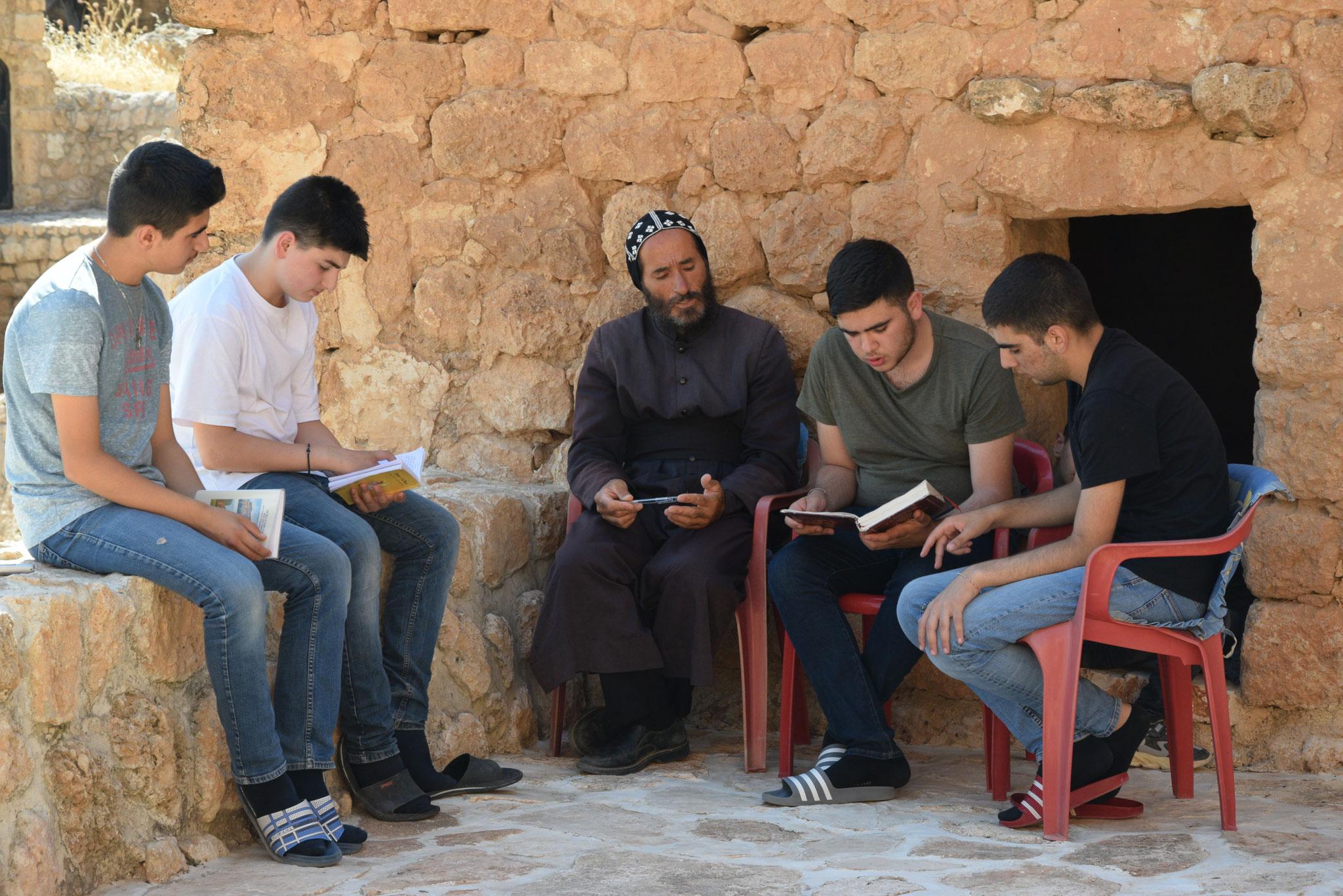 Im Sommer kommen auch syrisch-orthodoxe Jugendliche aus aller Welt von Kanada bis Australien, um hier die aramäische Sprache (=die Sprache Jesu) und die Traditionen der syrisch-orthodoxen Kirche zu erlernen.