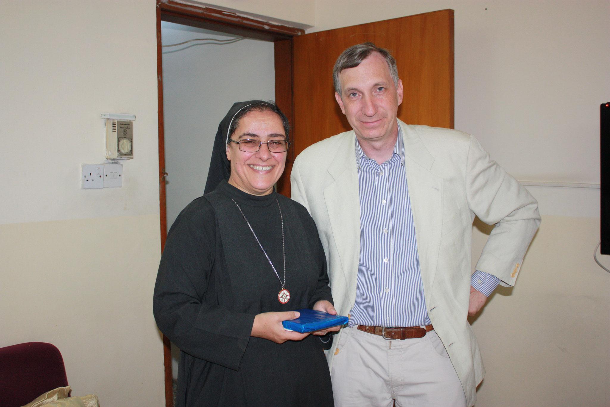 ICO-Projektkoordinator Stefan Maier (re) mit Sr. Sanna Hanna Oberin der Screat Heart of Jesus Schwestern