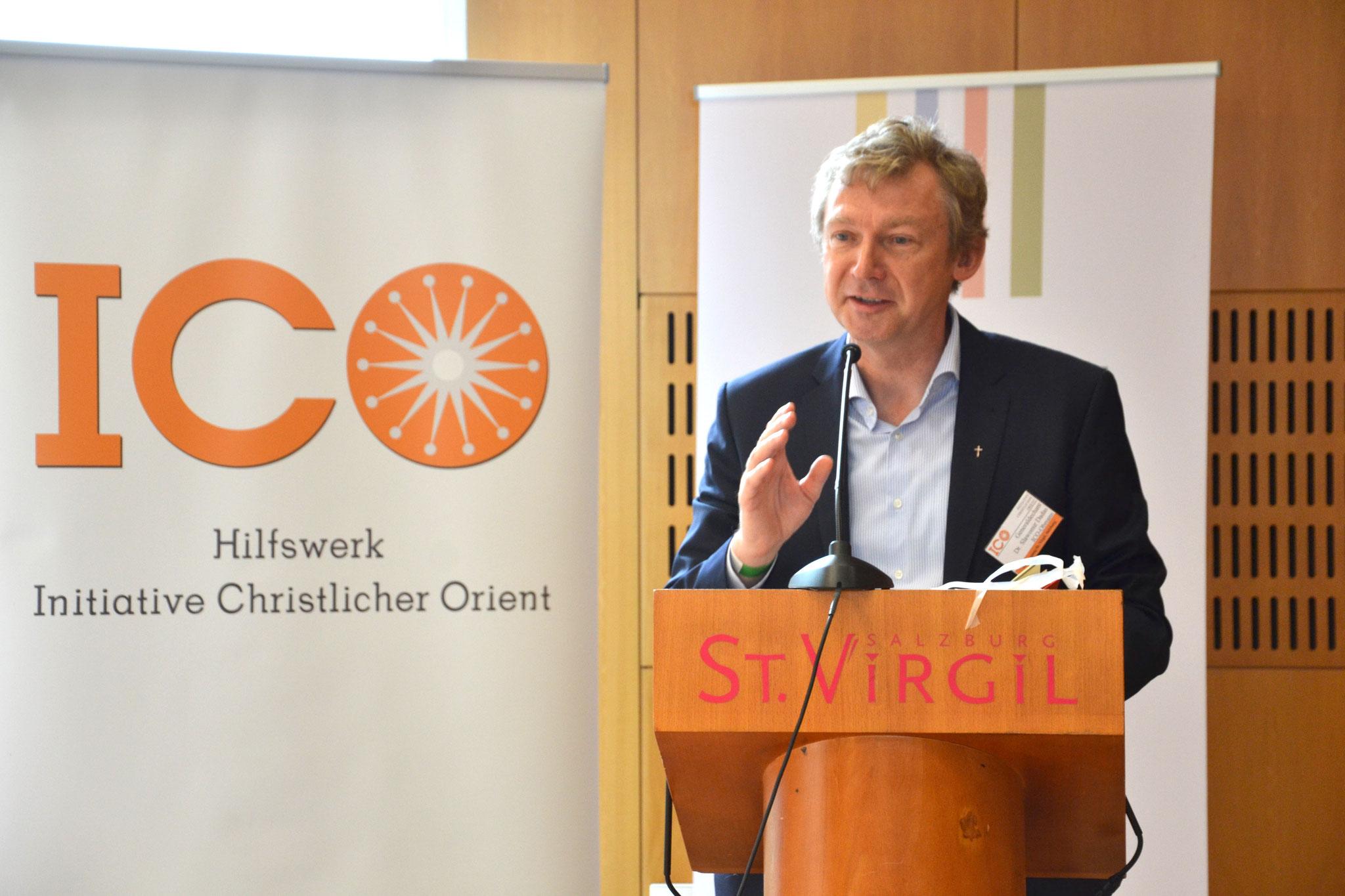 """ICO-Obmann Slawomir Dadas eröffnet die 24. ICO-Jahrestagung, die unter dem Motto """"Des-ORIENTierung"""" steht."""
