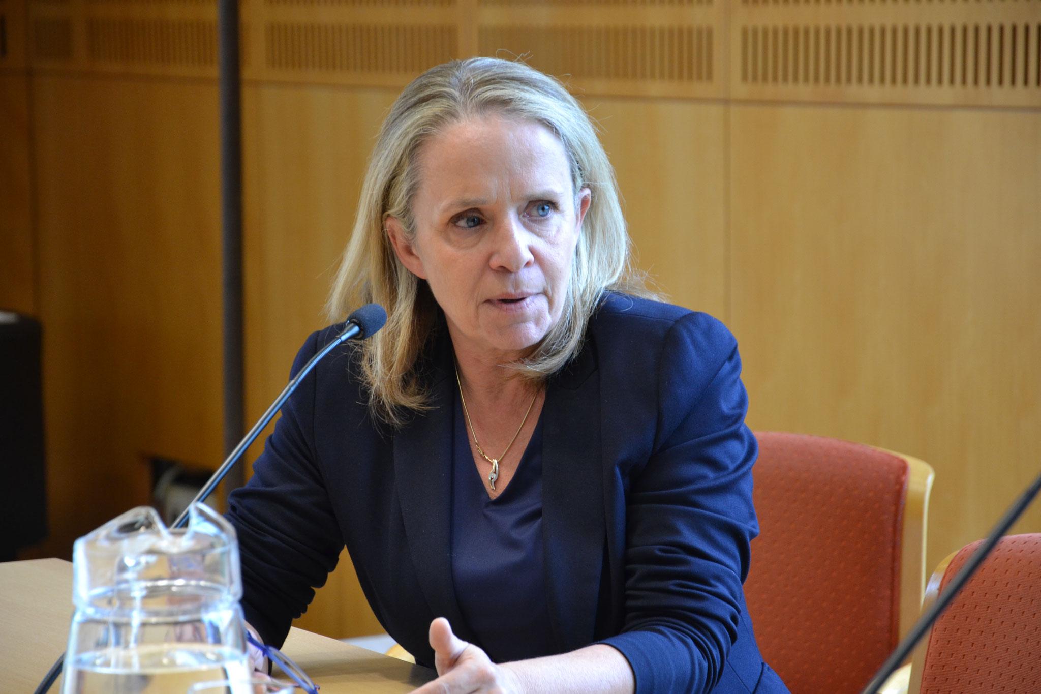 Petra Ramsauer war es wichtig, dass Hilfe vor Ort nach Möglichkeit nicht konfessionell priorisiert werden sollte. Das würde die Spannungen zwischen den Religionsgruppen und Ethnien nur noch verstärken, warnte sie.