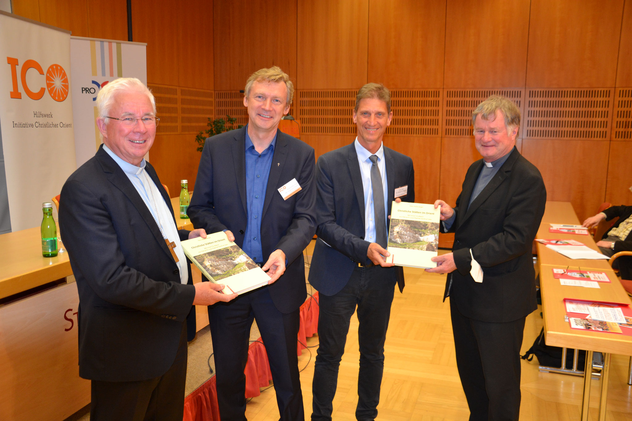 Auch die Bischöfe freuen sich über das neue Buch von Hans Hollerweger. Moderator Prof. Dietmar Winkler (2.v.r.) stellte es im Rahmen der Abendveranstaltung vor.