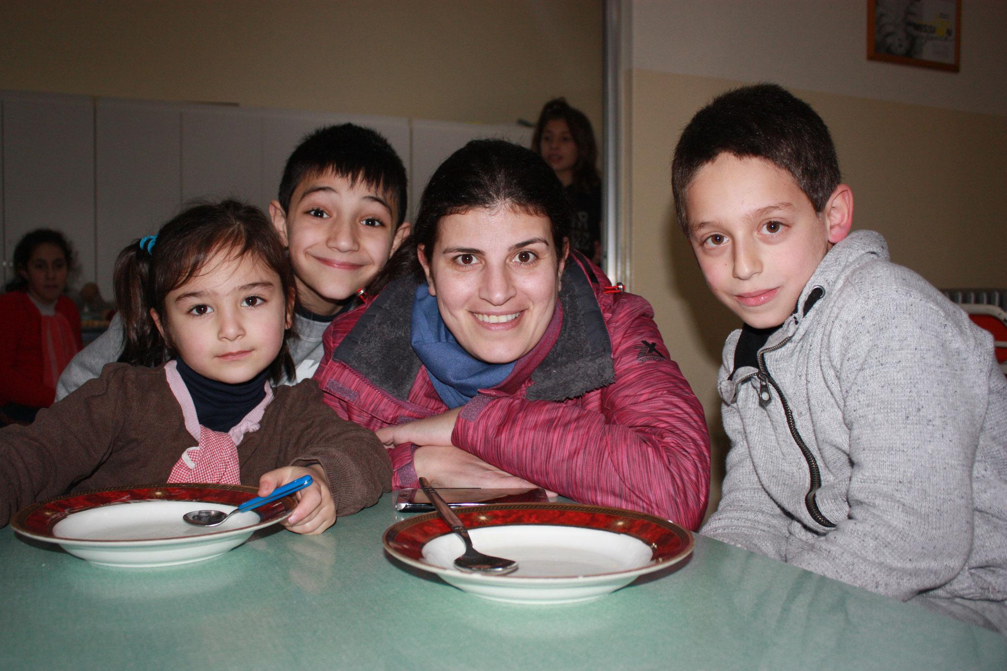 Internatsleiterin Marie Chia mit Kindern in Ajeltoun