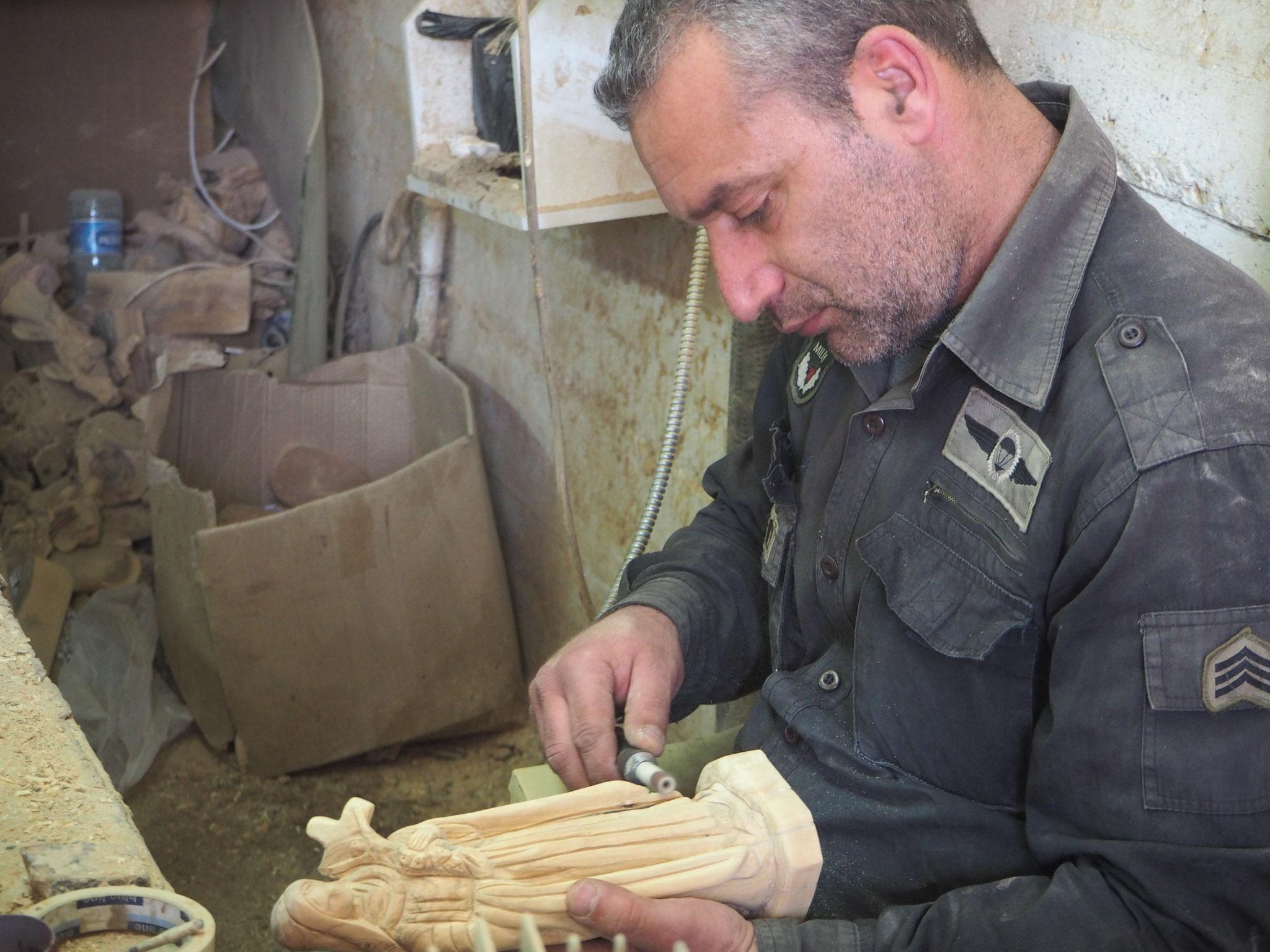 Unzählige Arbeitsschritte sind notwendig bis eine Marienstatue aus Olivenholz fertig ist