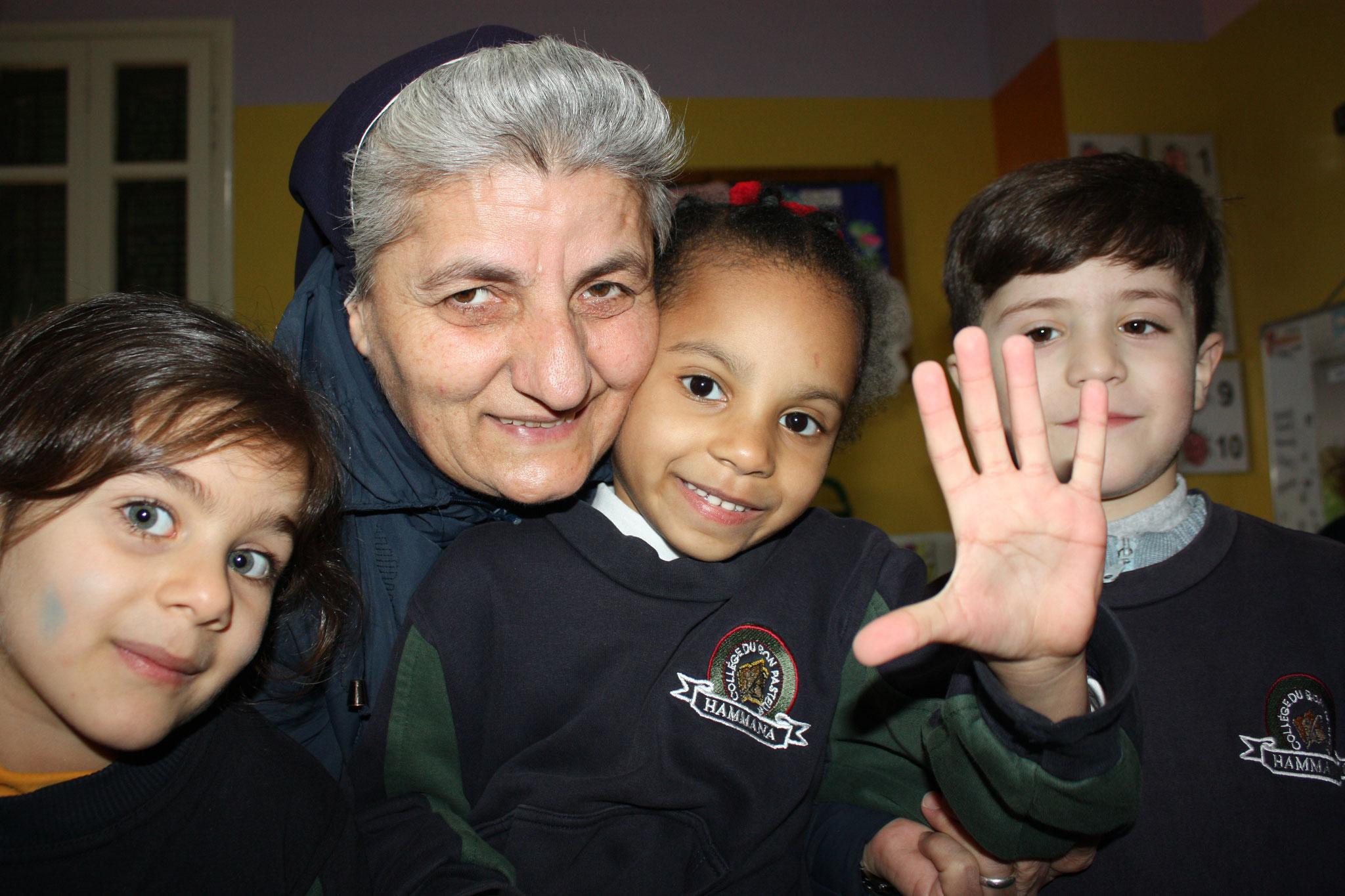 Sr. Therese Moussalem mit Schülern in Hammana