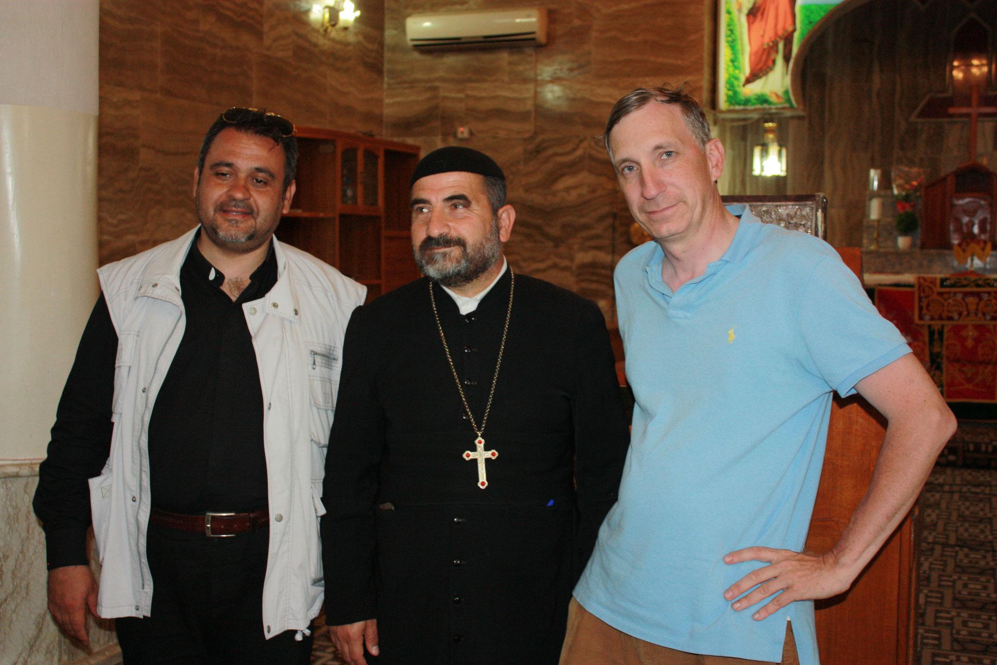 ICO-Projektkoordinator Stefan Maier (re) mit irakischen Priestern