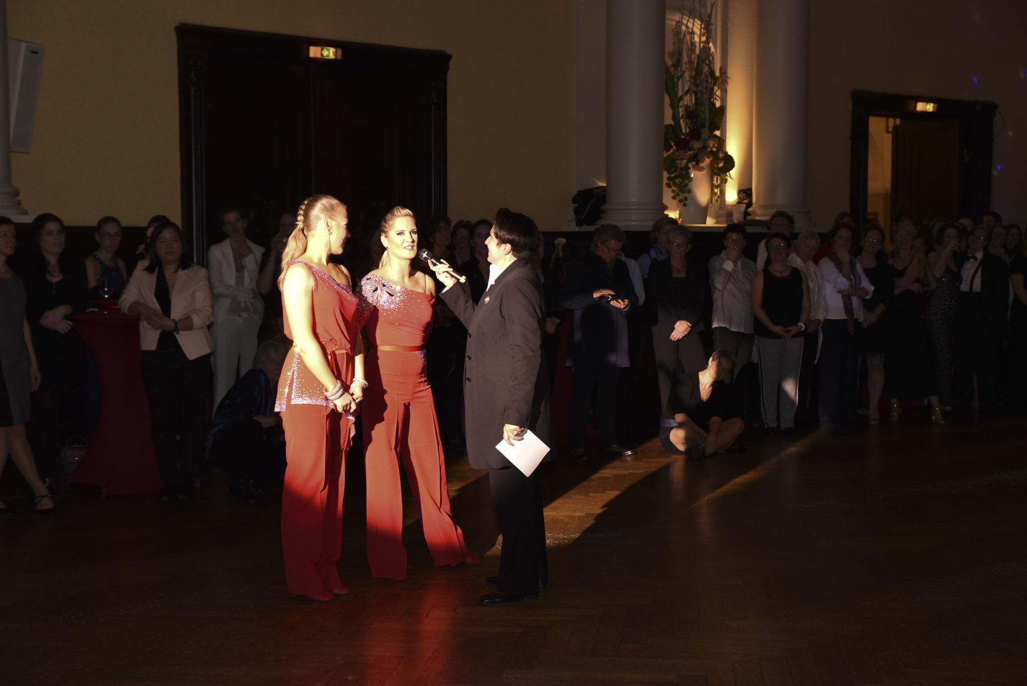 Denise entlockt Ute  & Marina spannende & amüsante Geschichten über Ihre gemeinsame Tanzgeschichte (pic by Karla Pixeljäger)
